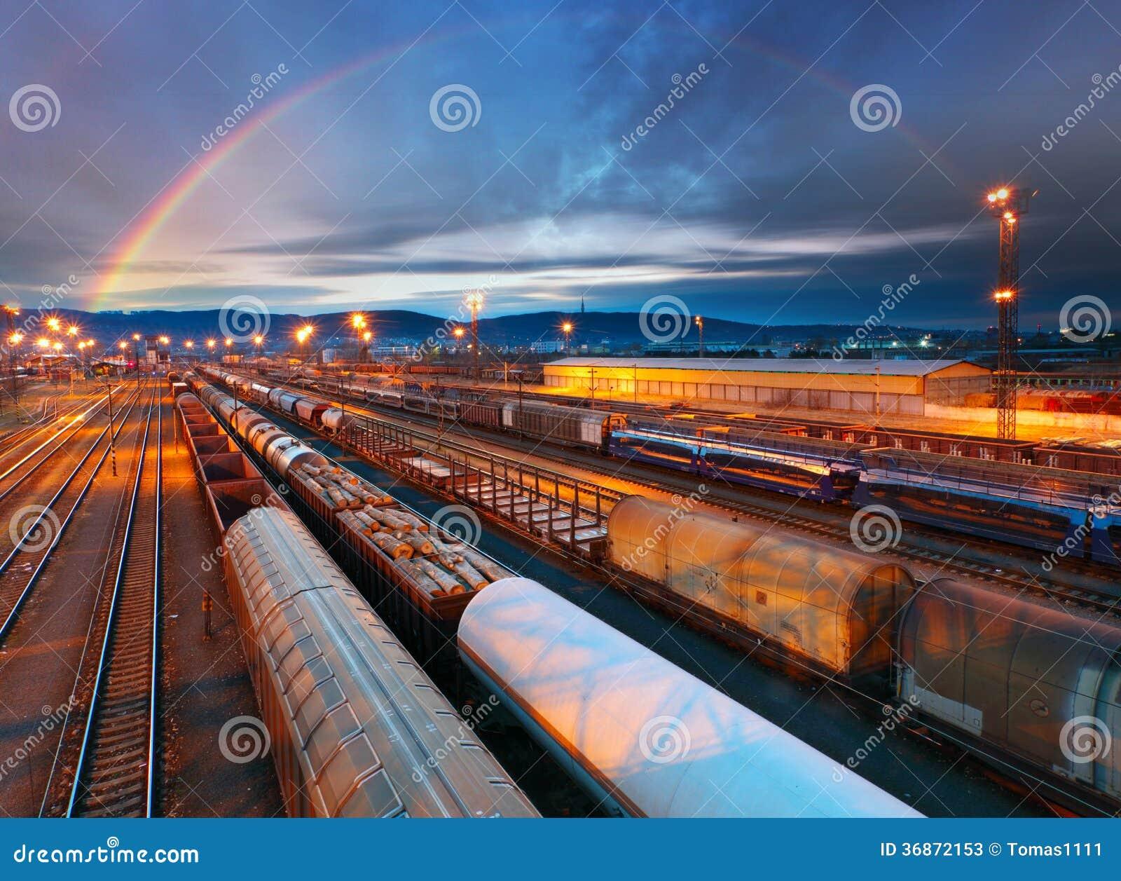 Het vervoersplatform van de treinvracht - Ladingsdoorgang
