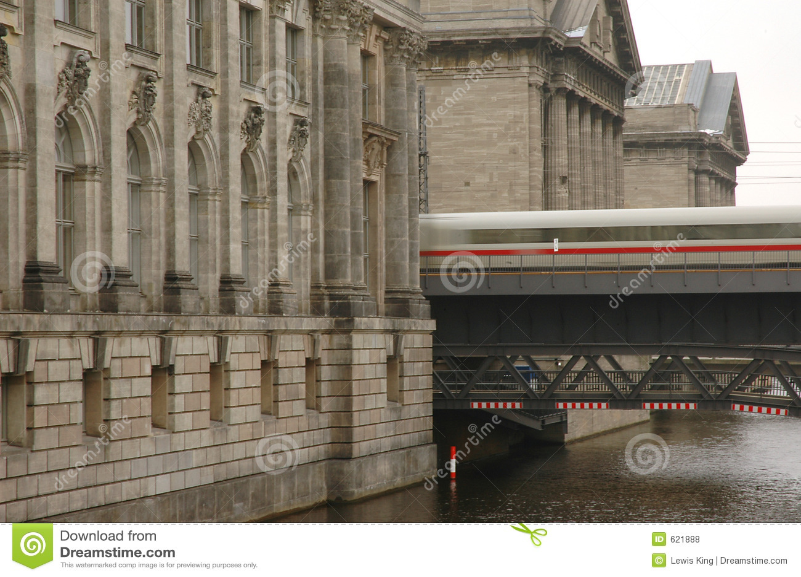 Het verzenden van de trein tussen grote museumgebouwen