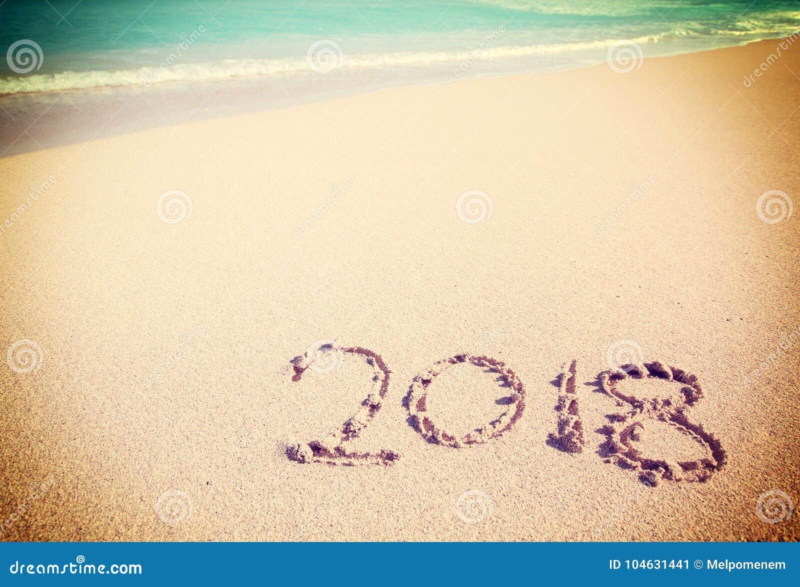 Download Het Vieren Van 2018 Op Een Tropisch Strand Stock Afbeelding - Afbeelding bestaande uit wijnoogst, viering: 104631441