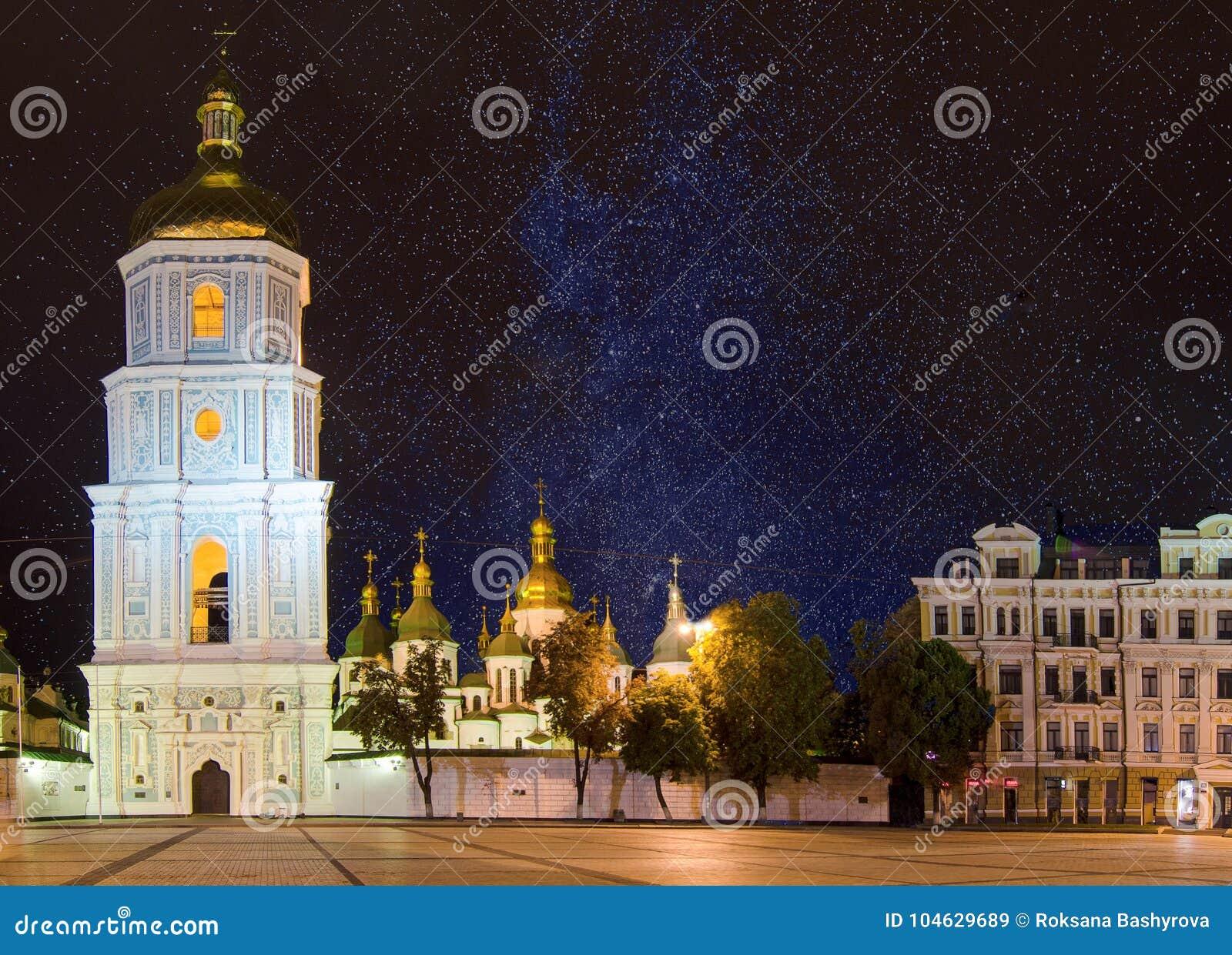 Download Het Vierkant Van Sofia Bij Nacht Redactionele Stock Afbeelding - Afbeelding bestaande uit oriëntatiepunt, enchantment: 104629689