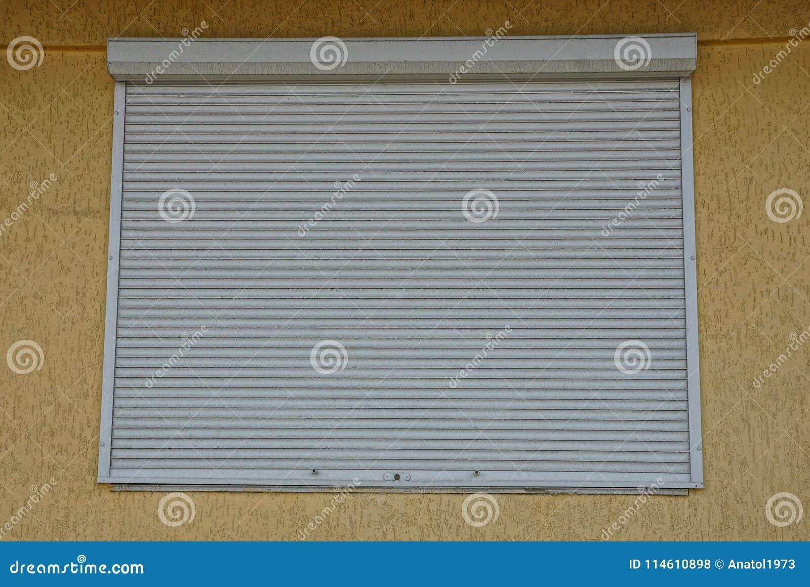 Groot Vierkant Balkon : Het vierkante die venster door grijze jaloezie op een muur wordt