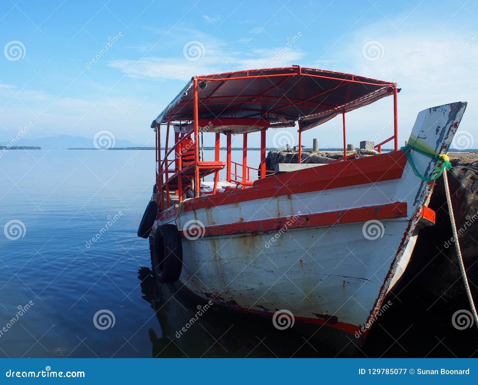 Het vissersbootparkeren op haven