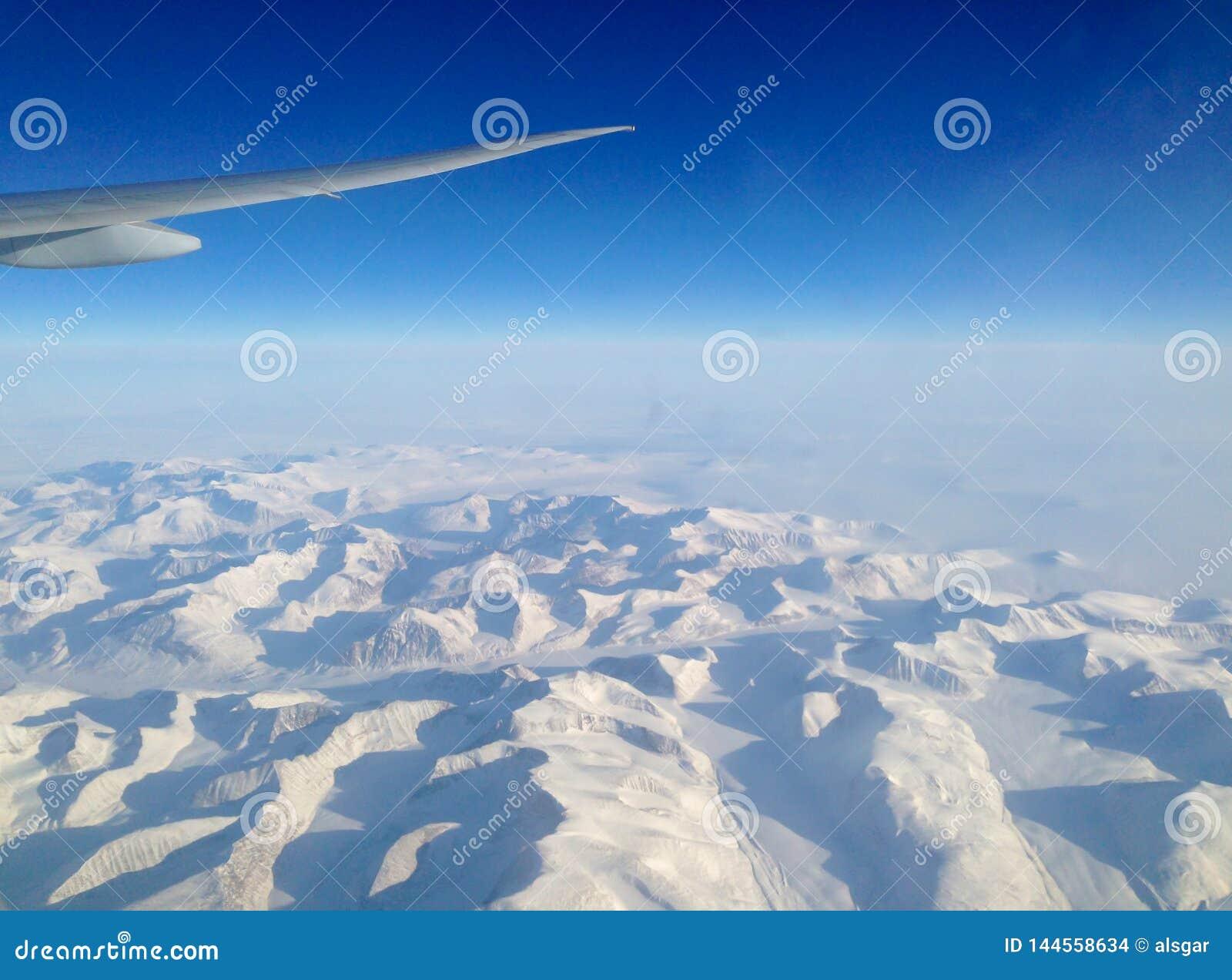 Het vliegen het noorden over de ijskappen van Groenland