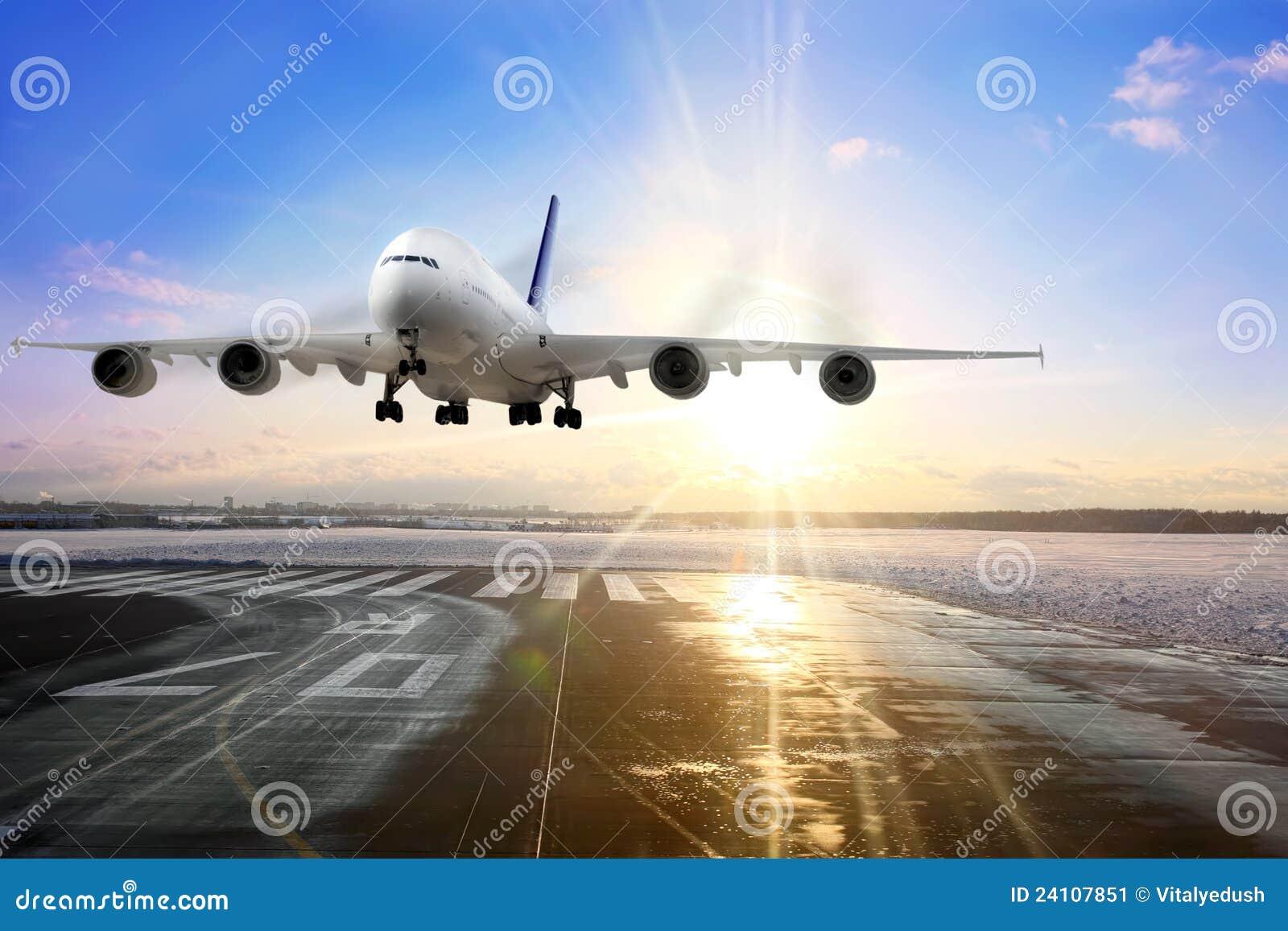 Het vliegtuig dat van de passagier op baan in luchthaven landt.