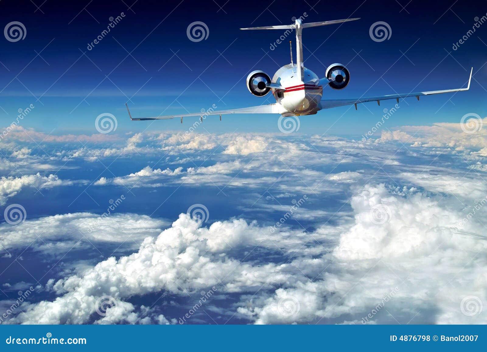 Het vliegtuig van de luxe is boven mooie wolken.