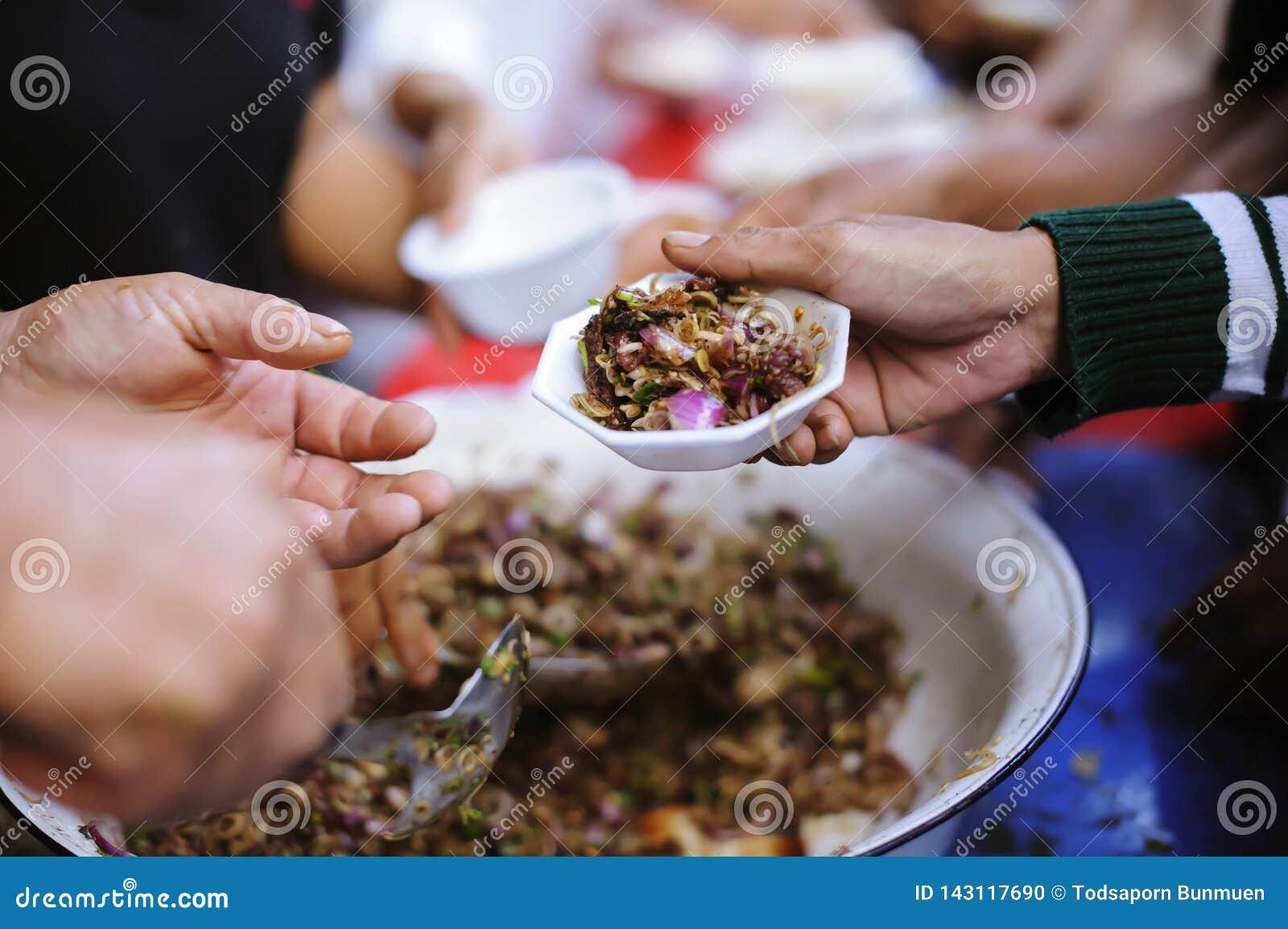 Het voeden van de armen om elkaar in de maatschappij te helpen: concept schenking