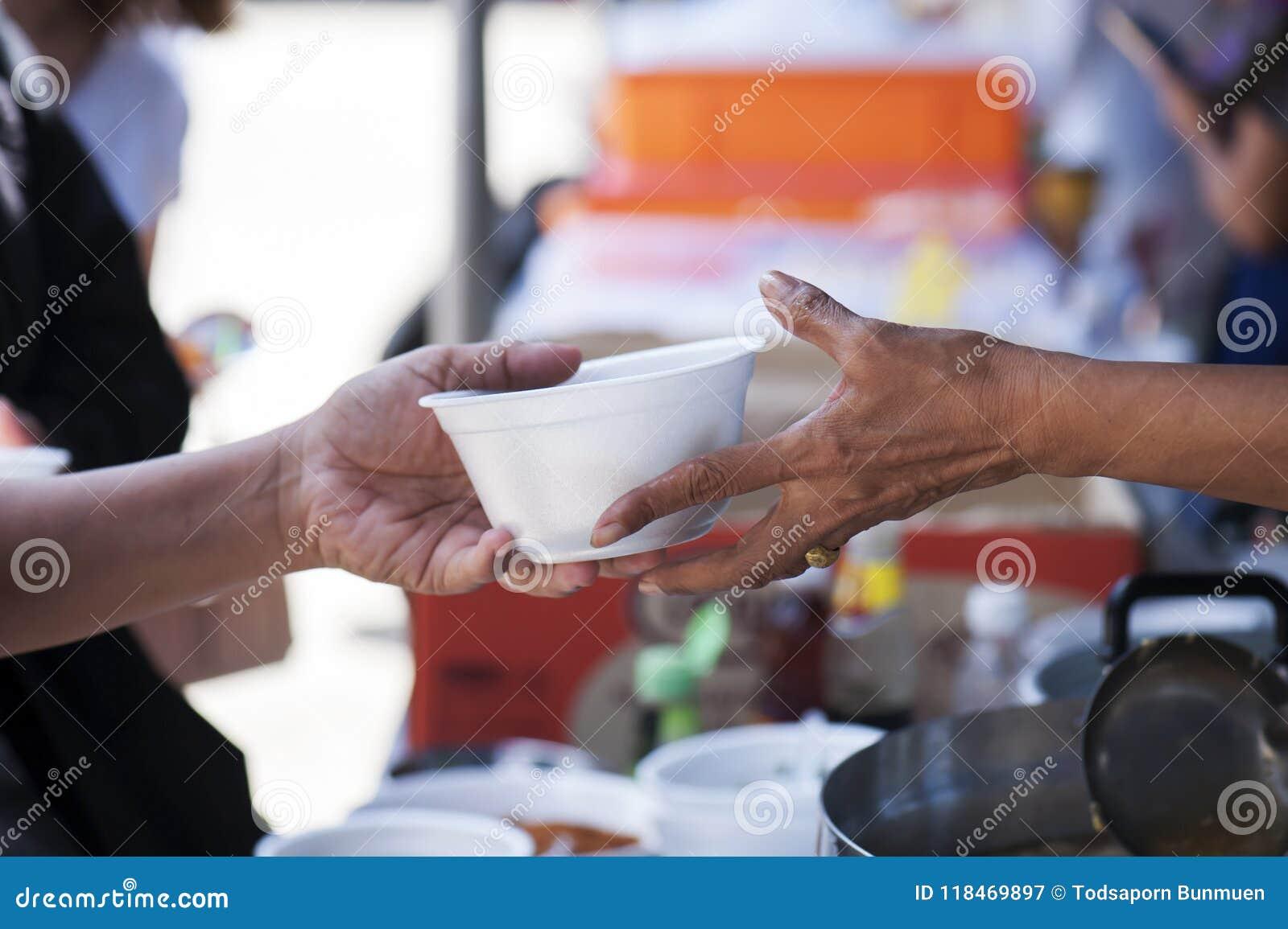 Het voeden van de armen om honger te verminderen Geef concept