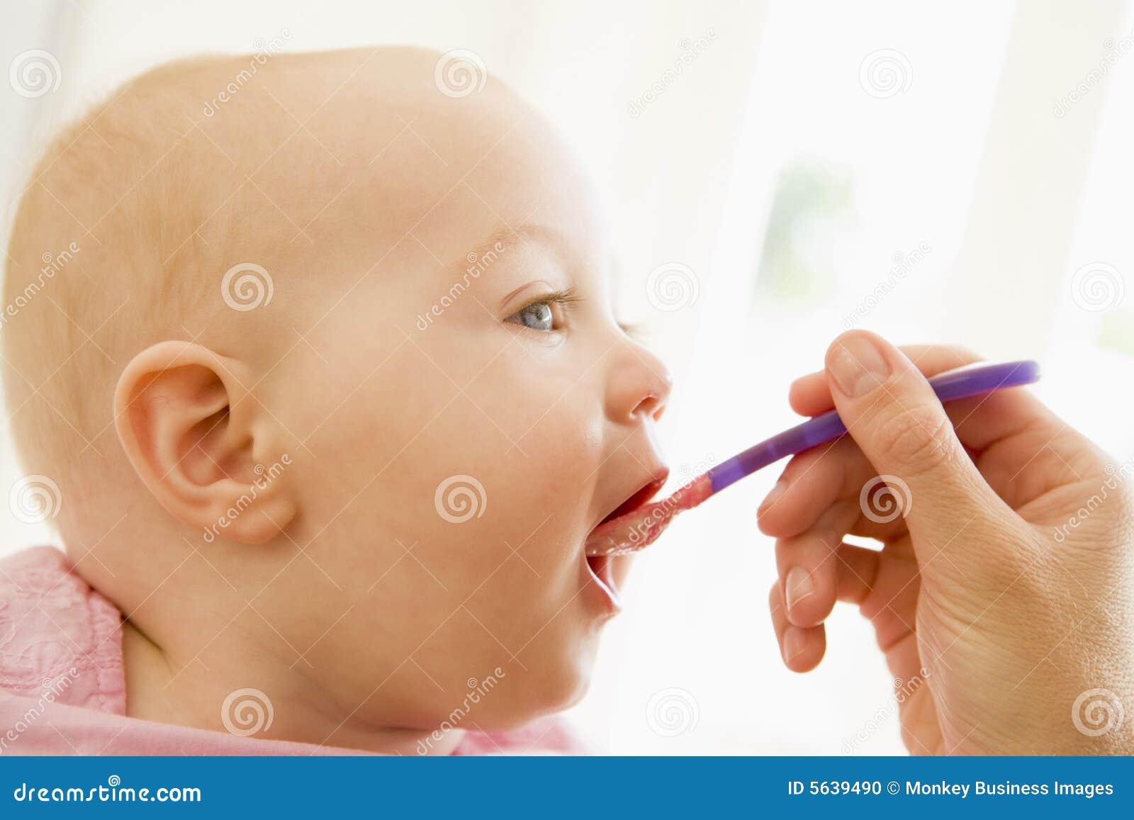Het voeden van de moeder babyvoeding aan baby