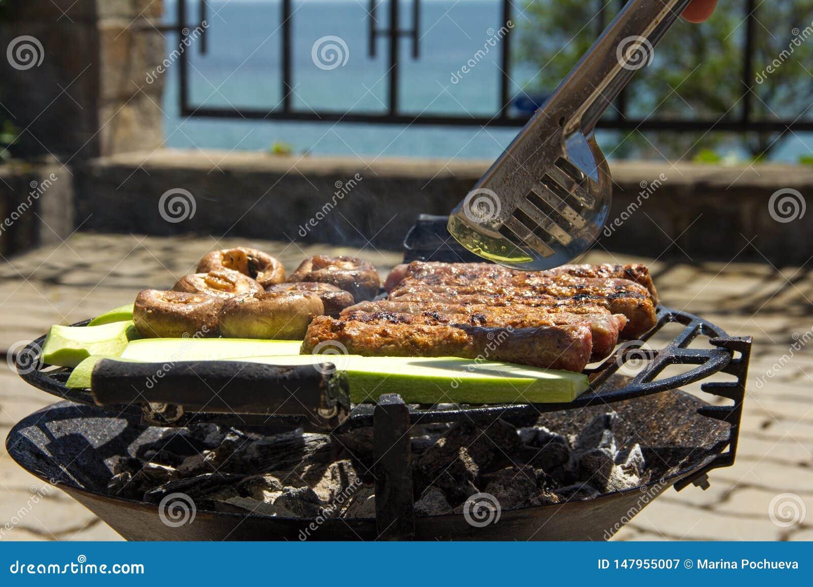 Het voedsel is gekookt op de grill