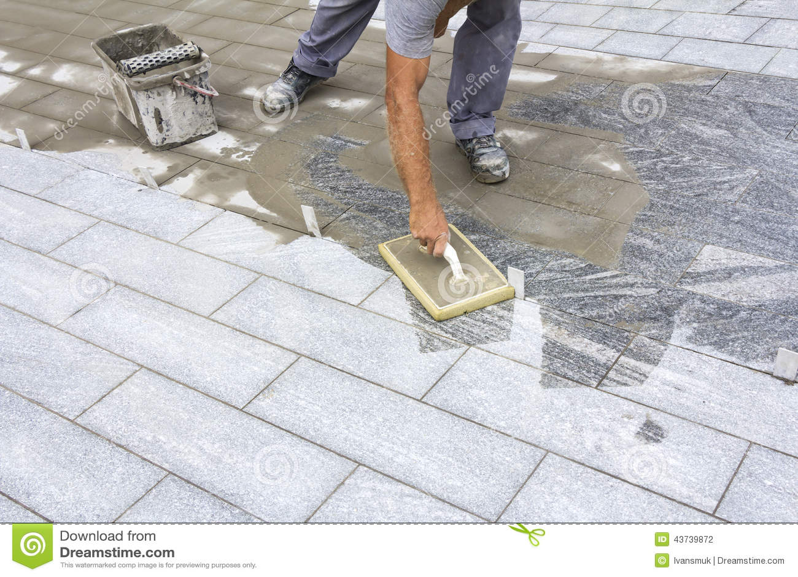het voegen van tegels op de vloer stock foto afbeelding