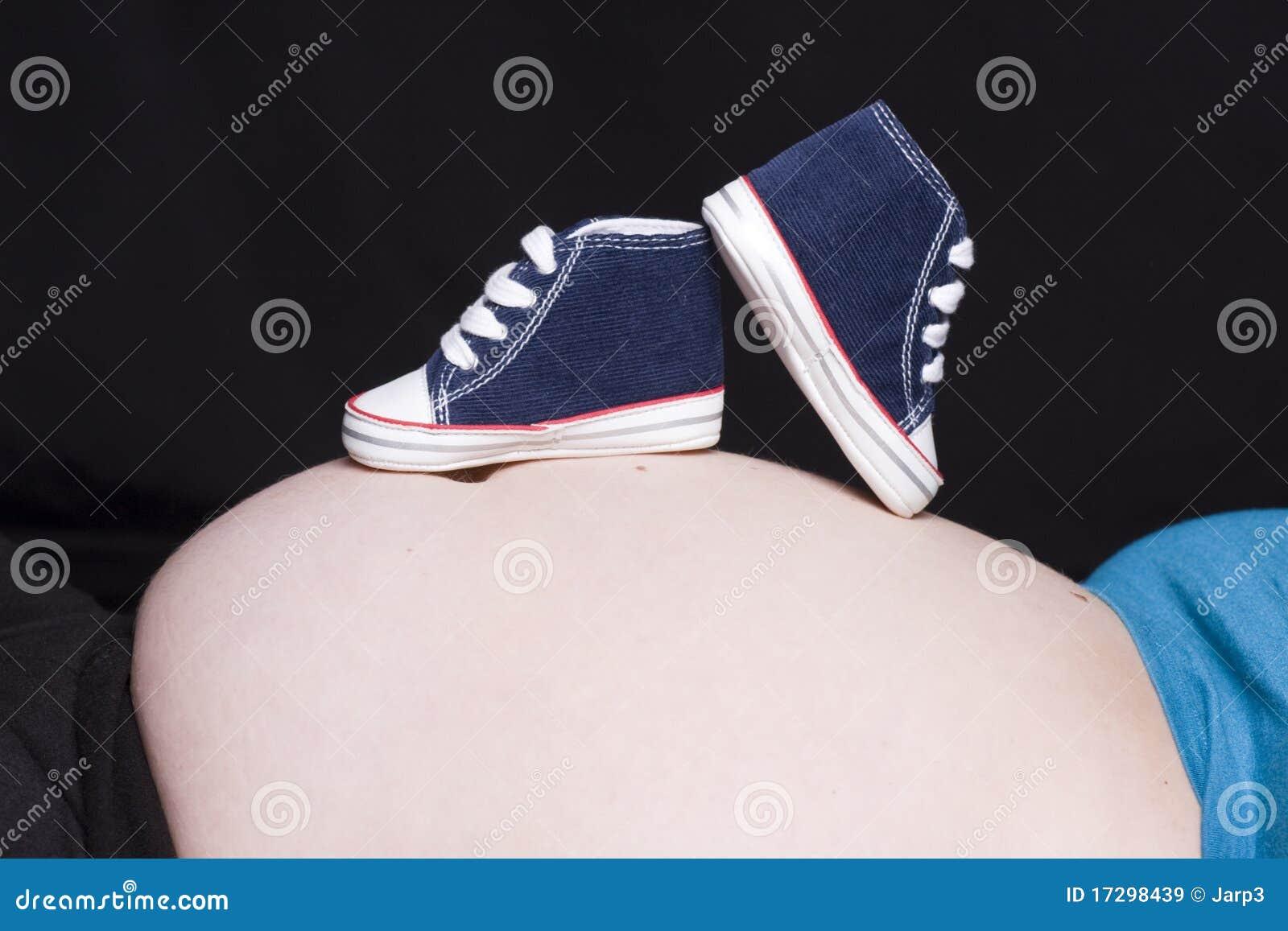 Het voetbal van de baby stock afbeelding afbeelding bestaande uit tennisschoenen 17298439 - Baby voet verkoop ...