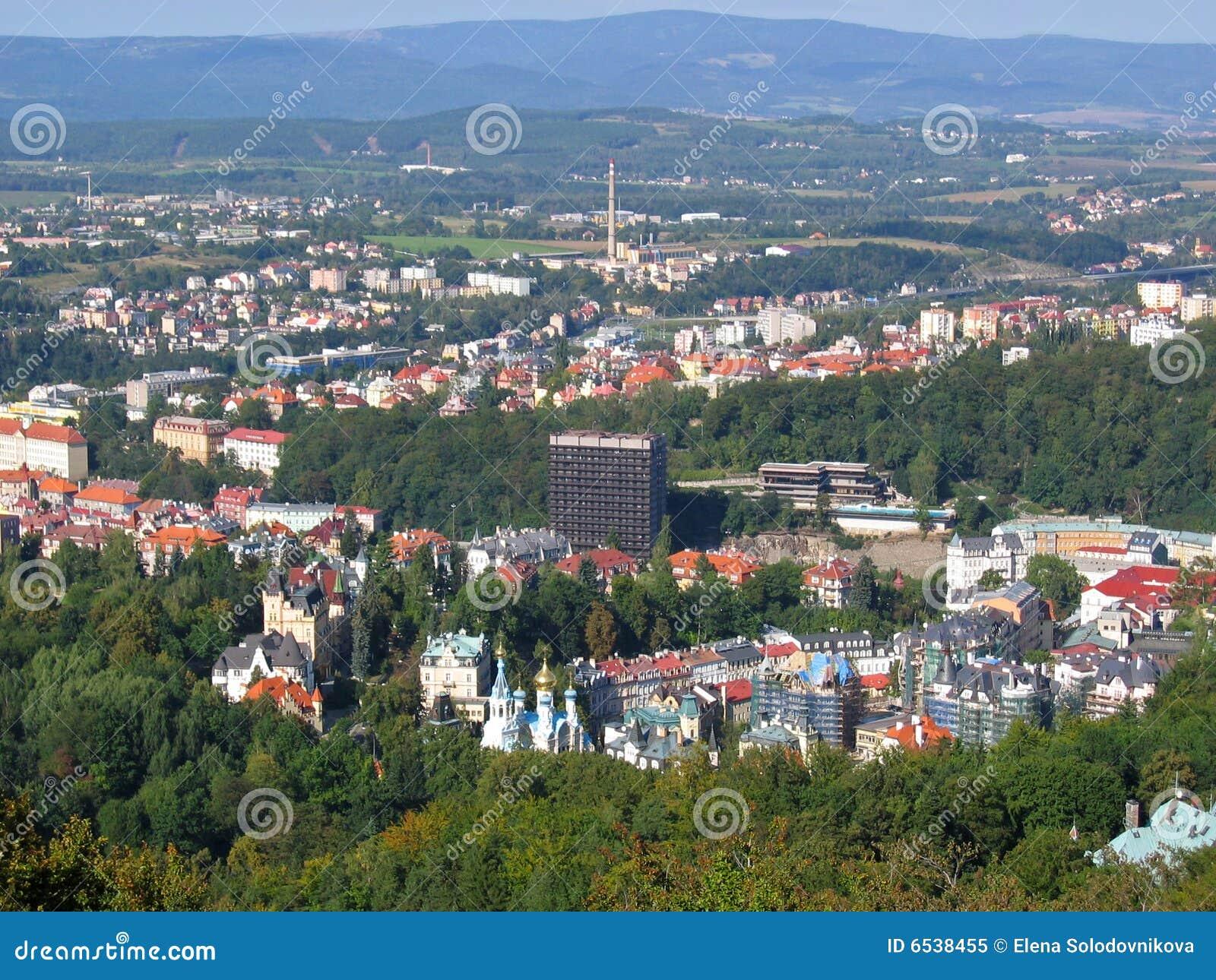 Het vogelperspectief van Karlovy variërt.