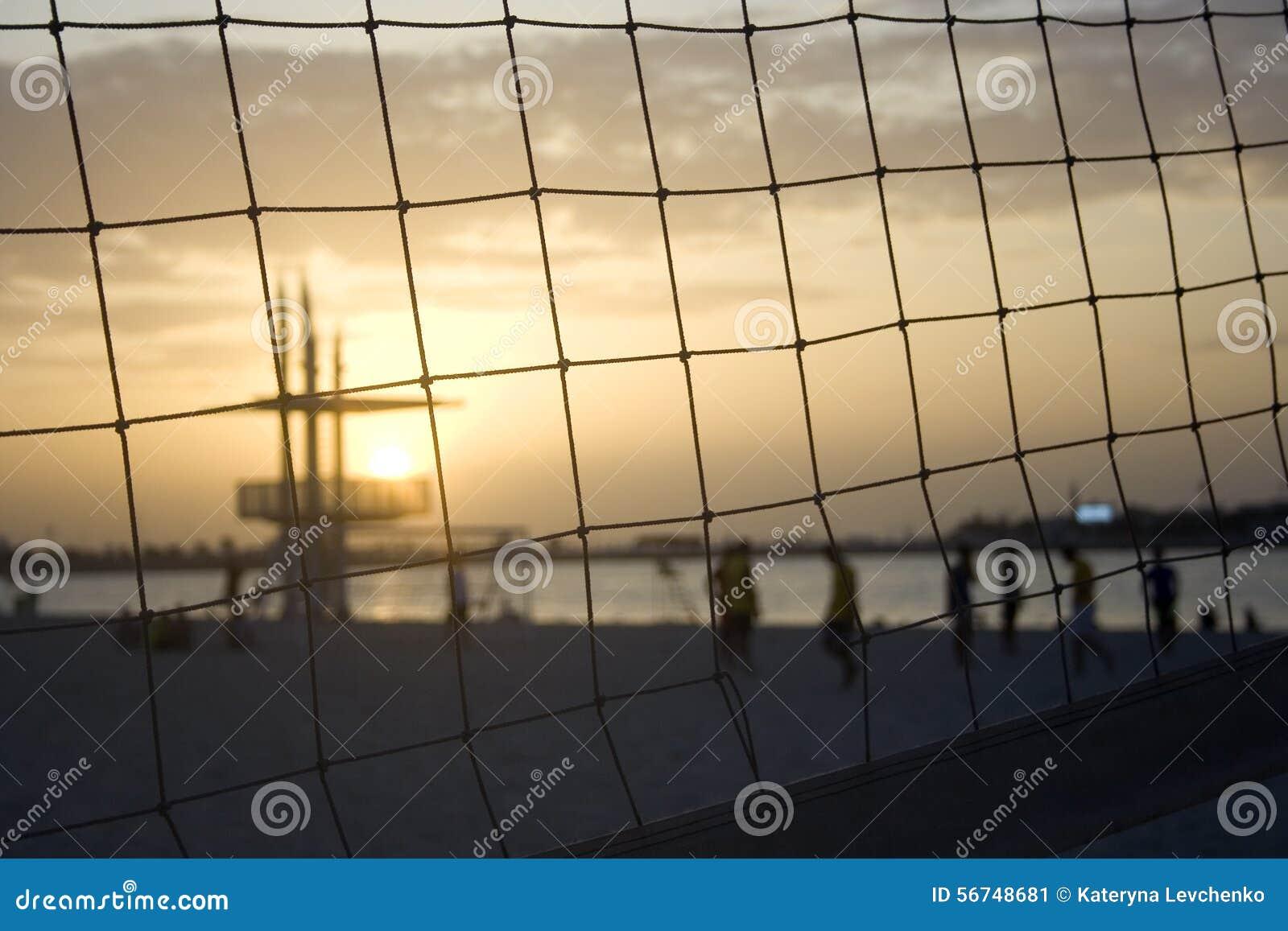 Het volleyball van het zonsondergangstrand