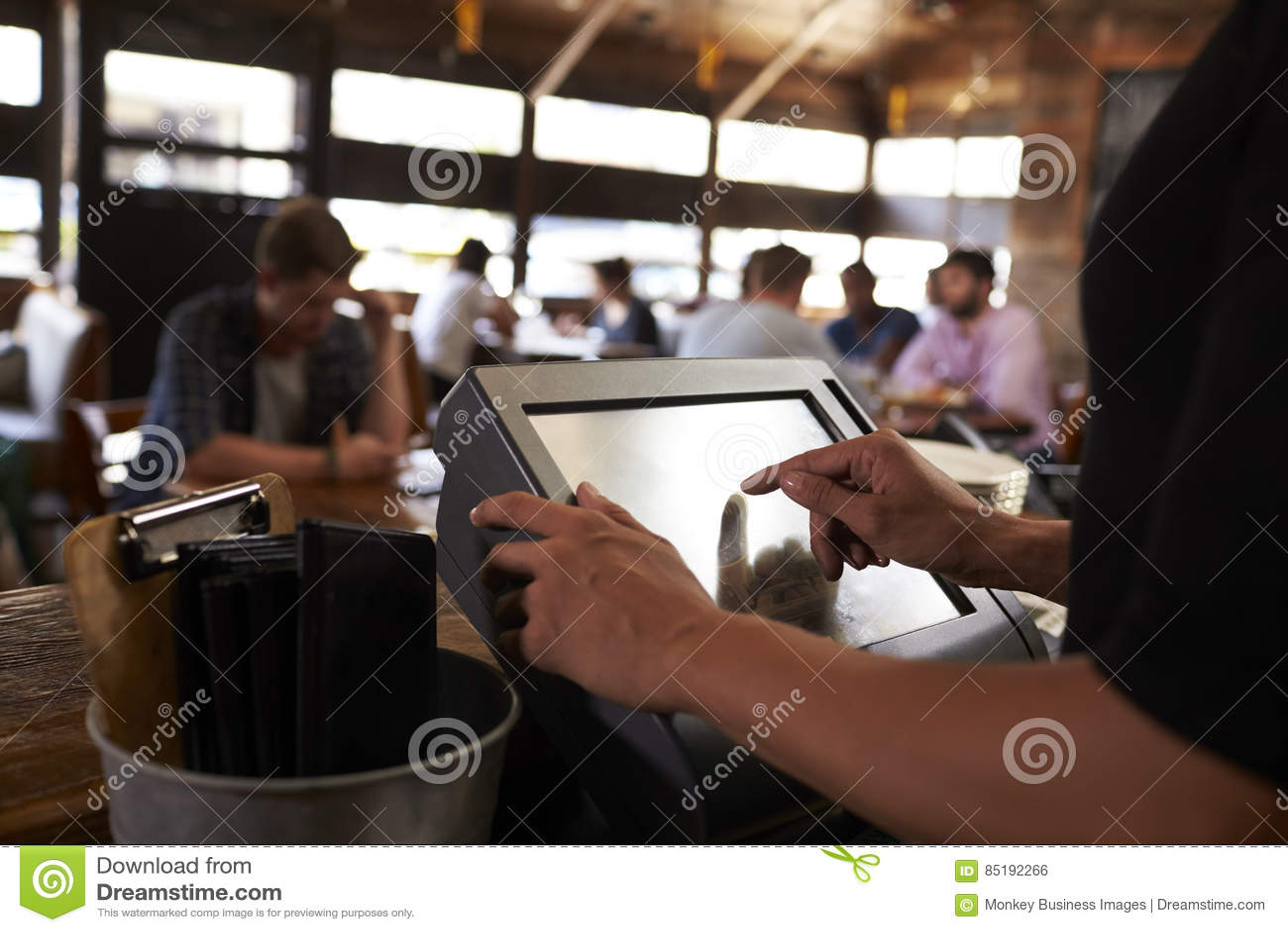 Het voorbereiden van de rekening bij een restaurant die het aanrakingsscherm met behulp van tot