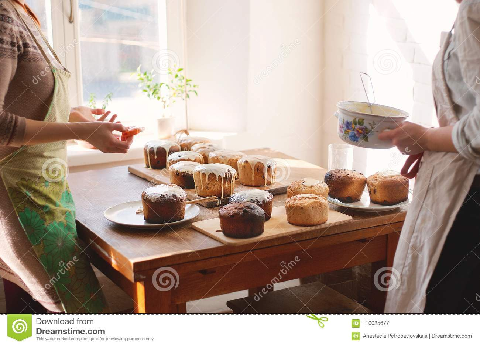 Het voorbereiden van eigengemaakte Pasen-cake kulich