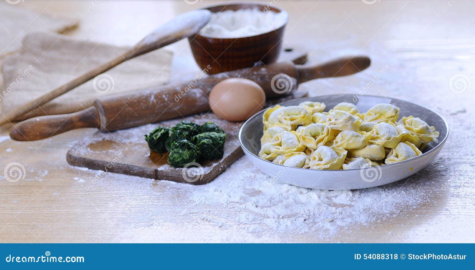 Het voorbereiden van eigengemaakte tortellini