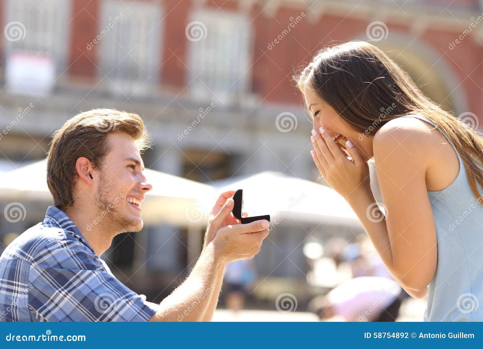 Het voorstel in straatmens het vragen huwt aan zijn meisje