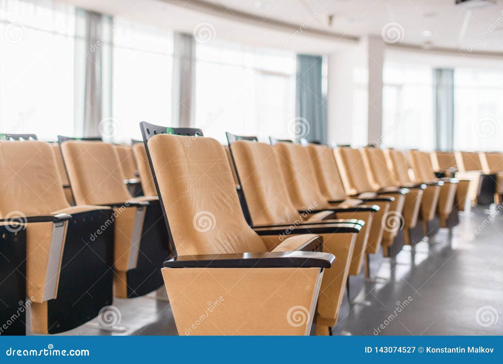 Het vouwen van stoelenclose-up Grote lege moderne conferentiezaal in luxehotel Publiek voor Sprekers bij Commerci?le overeenkomst