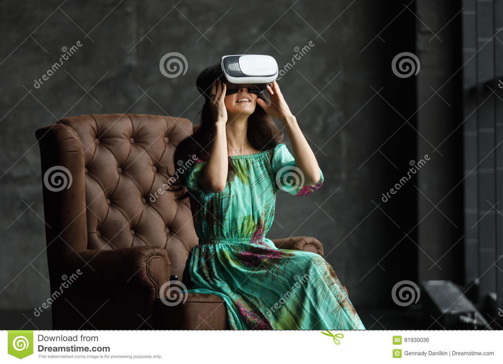 Het VR-hoofdtelefoonontwerp is generisch en geen emblemen, Vrouw met glazen van virtuele werkelijkheid, zit als voorzitter, tegen