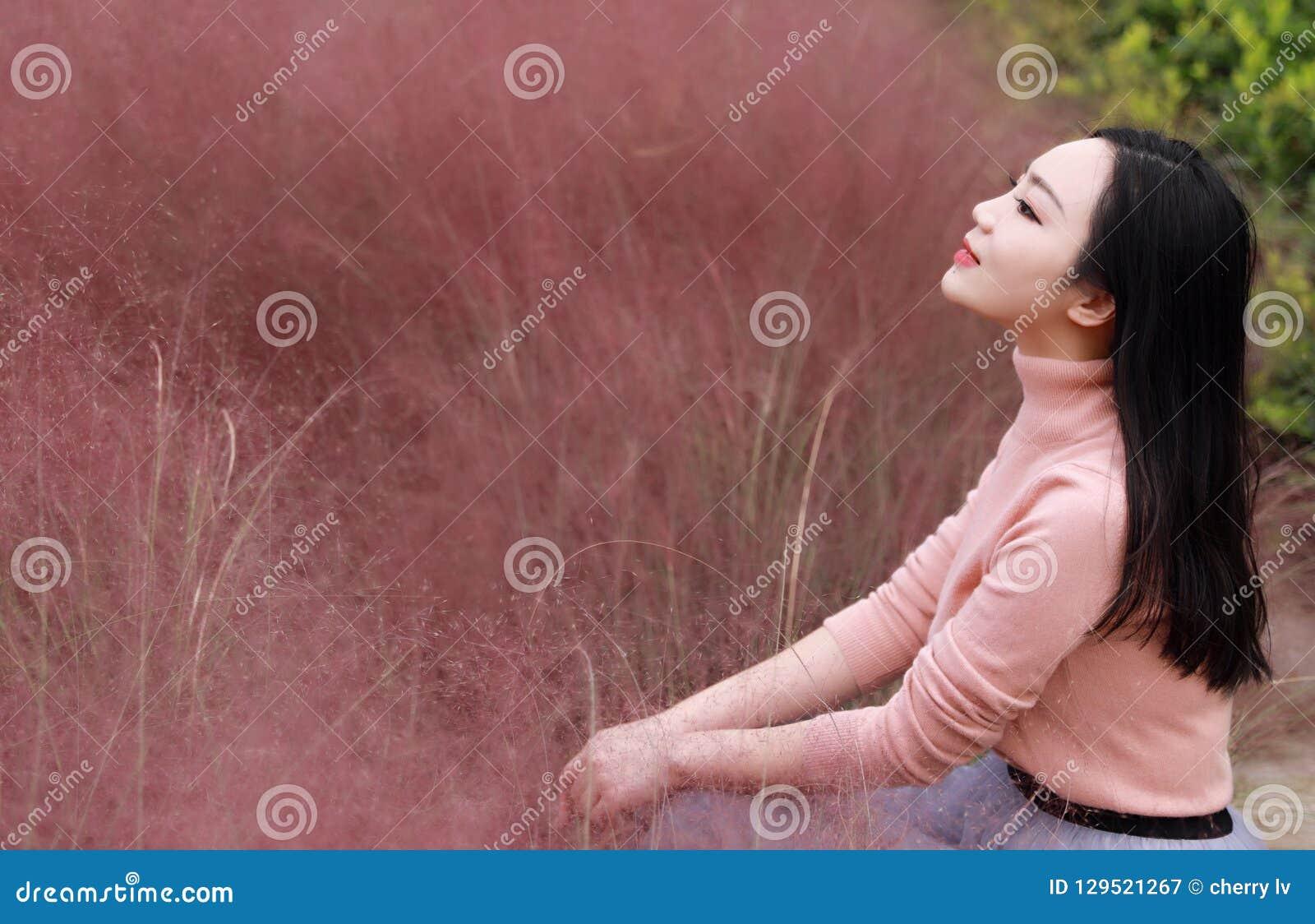 Het vrij mooie leuke Aziatische Chinese vrouwenmeisje vindt vrijheid de zoete droom van de de herfstdaling van het bloemgebied va