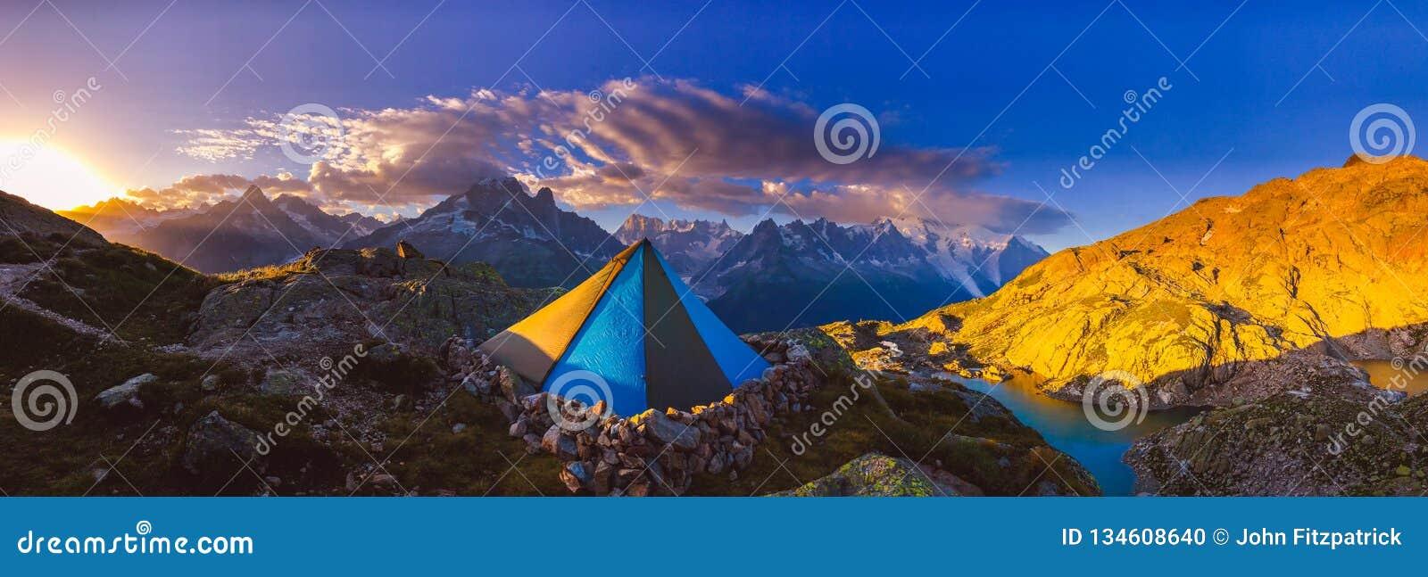 Het vroege zonsopgang lichte breken over de Franse alpen dichtbij Chamonix