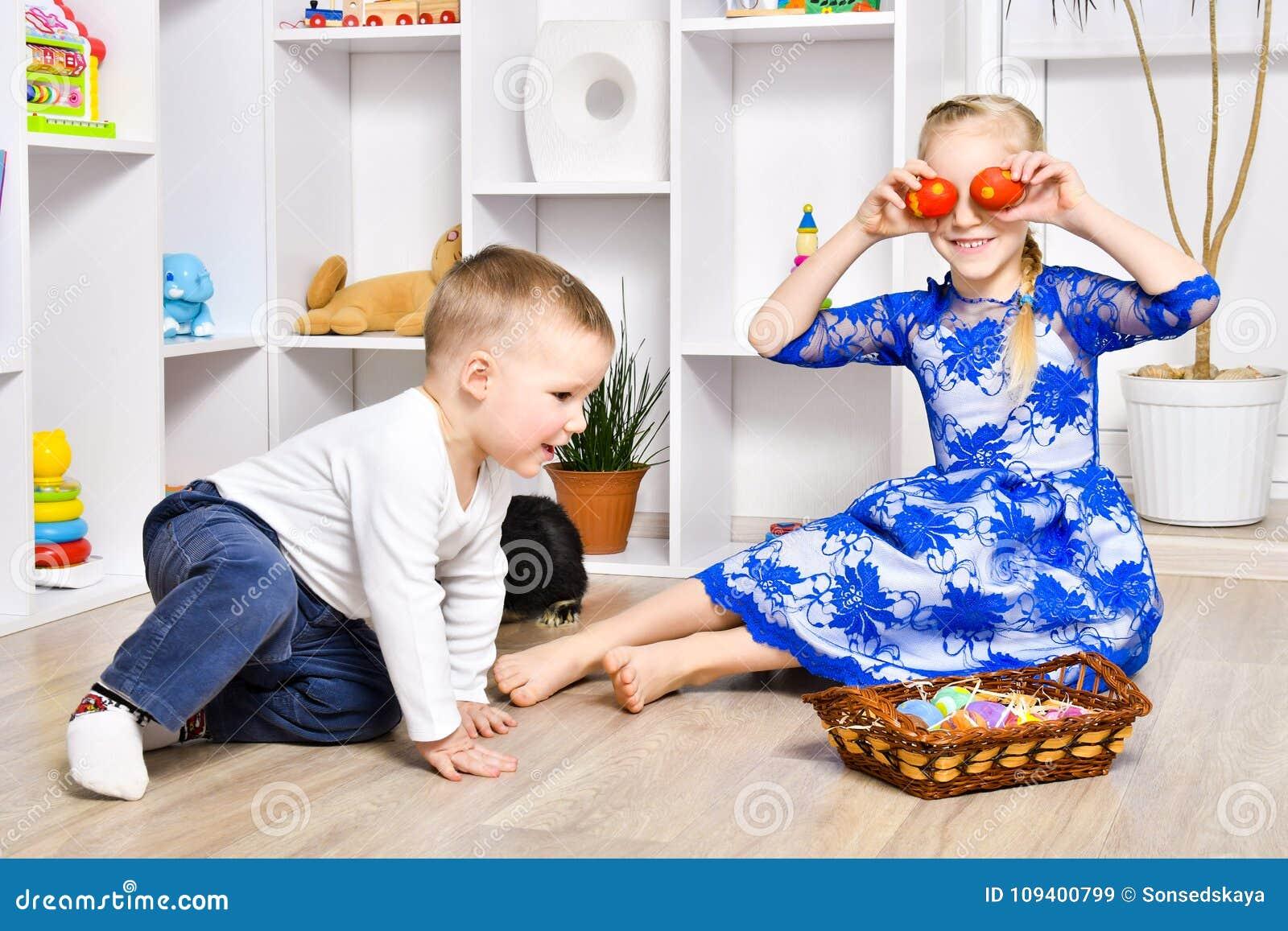 Het vrolijke broer en zuster spelen in de Pasen