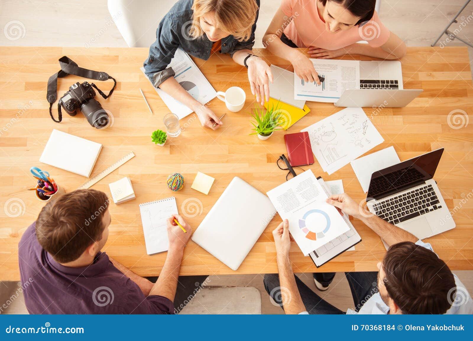 Het vrolijke creatieve team werkt met vreugde