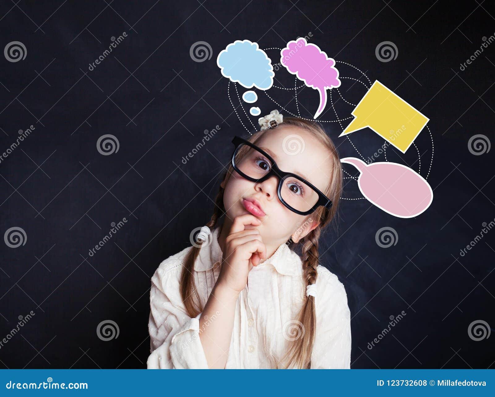 Het vrolijke denkende kindmeisje met toespraak betrekt bellen