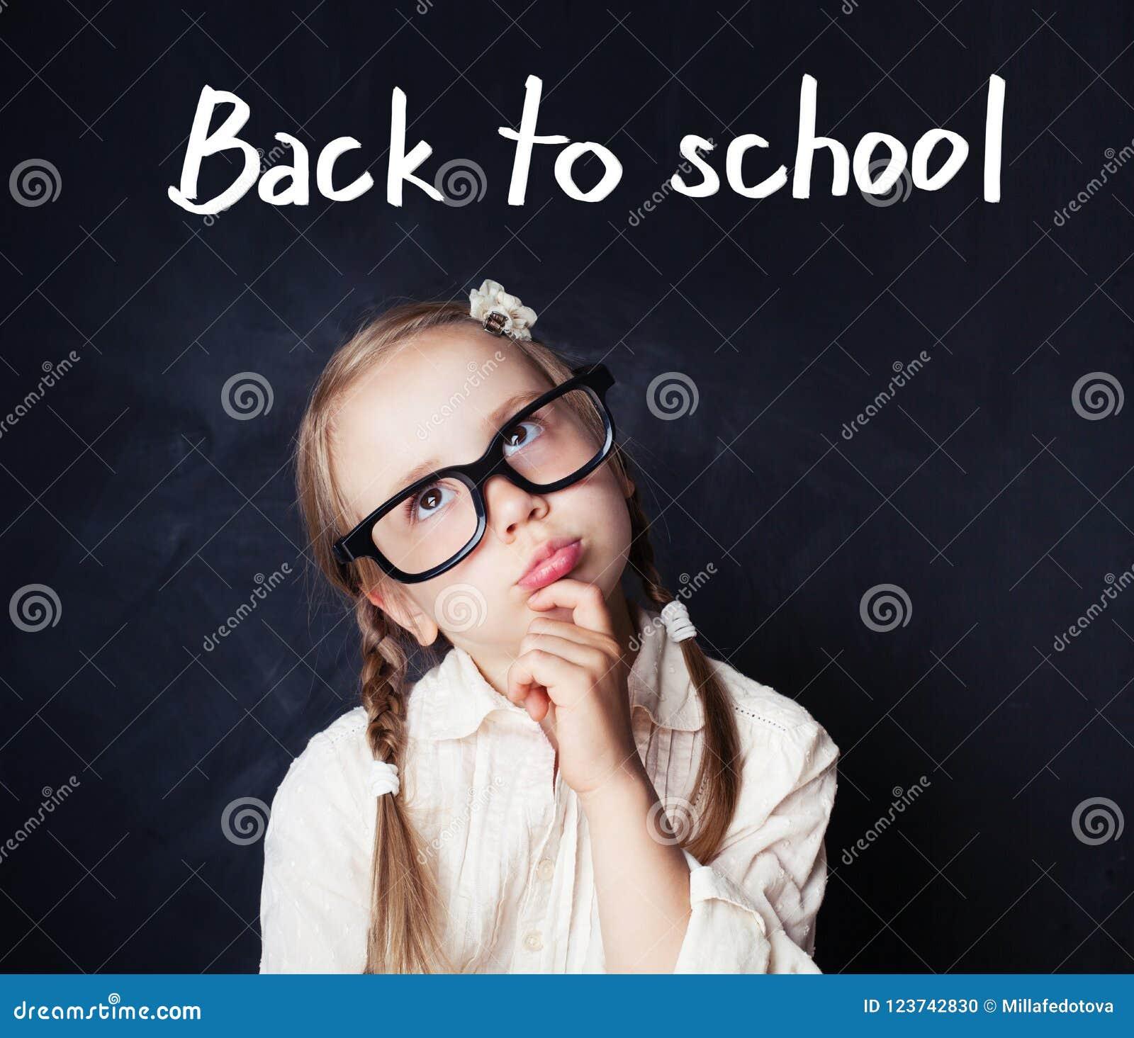 Het vrolijke grappige meisje denken Terug naar school en onderwijs
