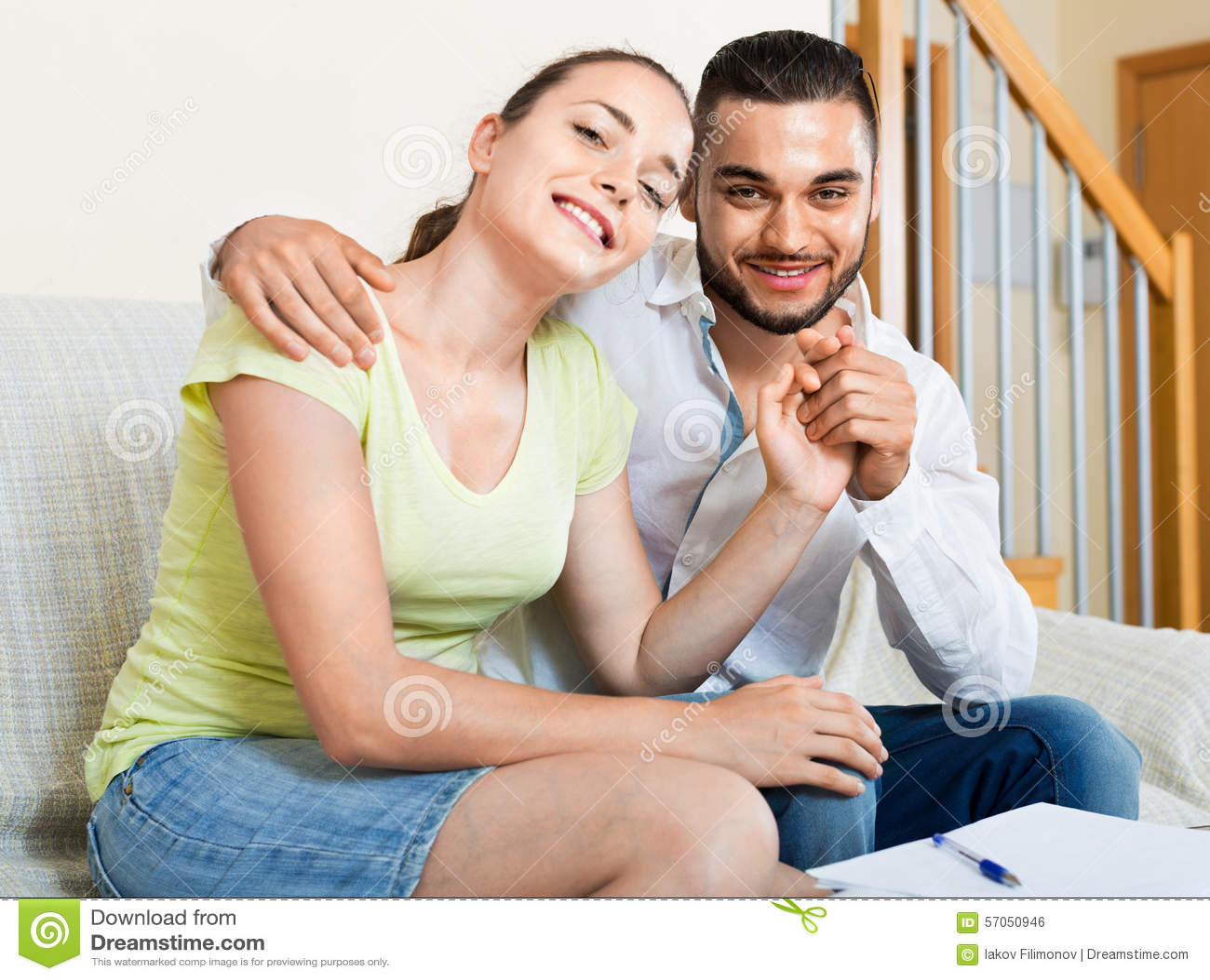 Het vrolijke man en vrouwen omhelzen