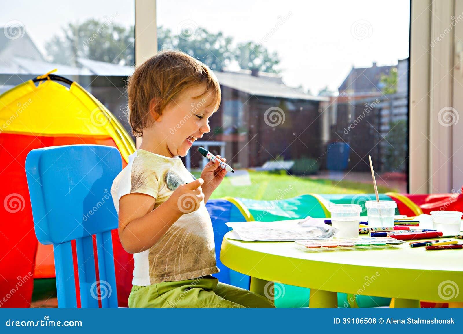 Het vrolijke meisje schilderen