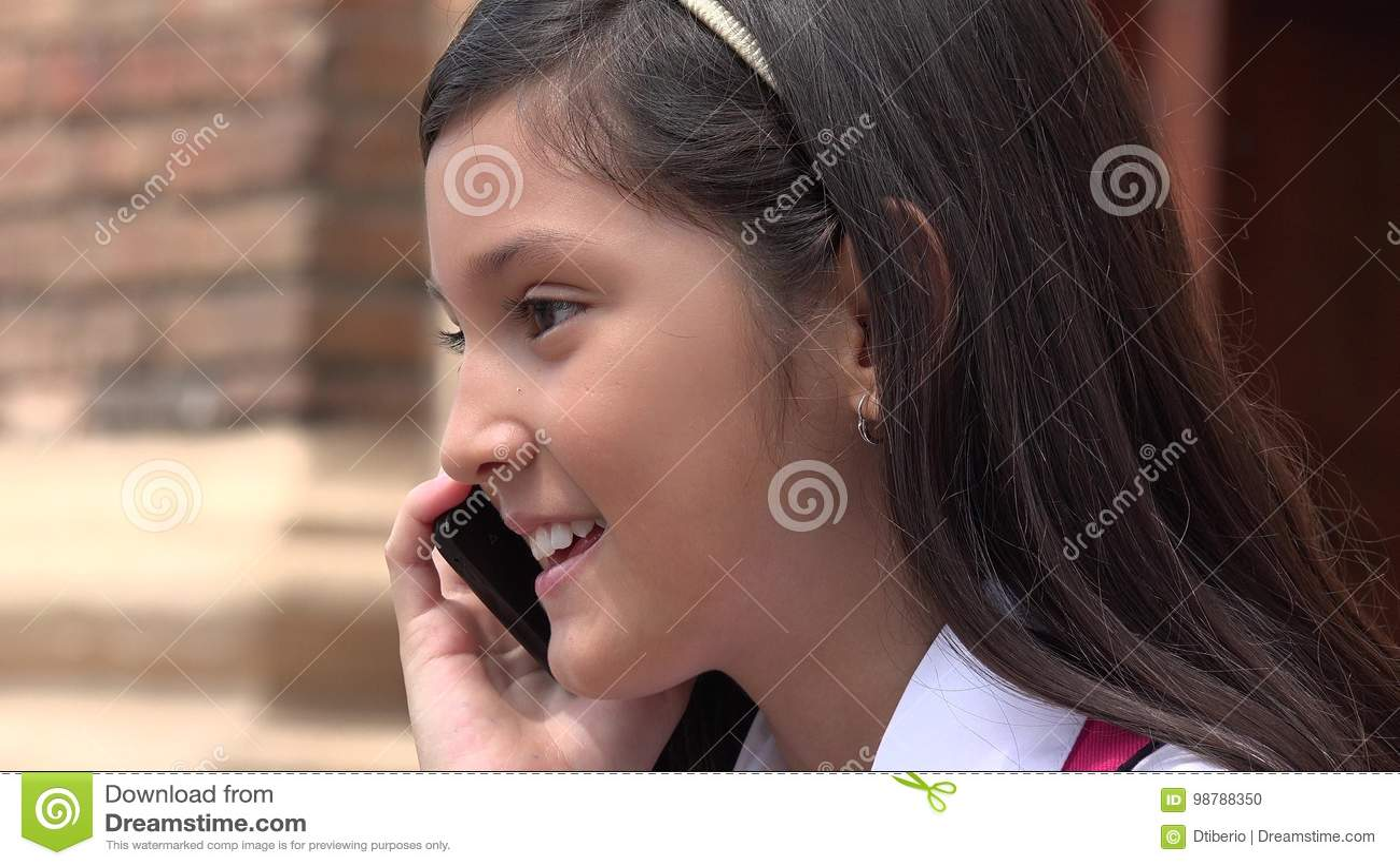 Het Vrouwelijke Kind die van Latina Celtelefoon met behulp van en Gelukkig