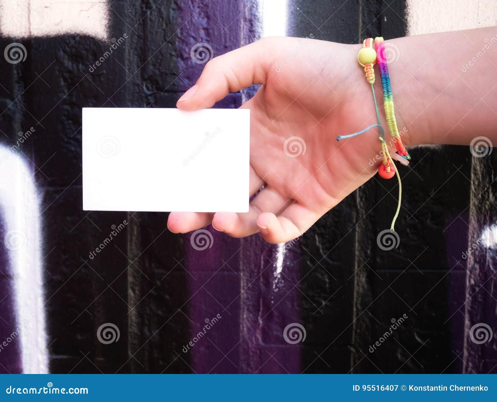 Het vrouwelijke lege witte adreskaartje van de handholding