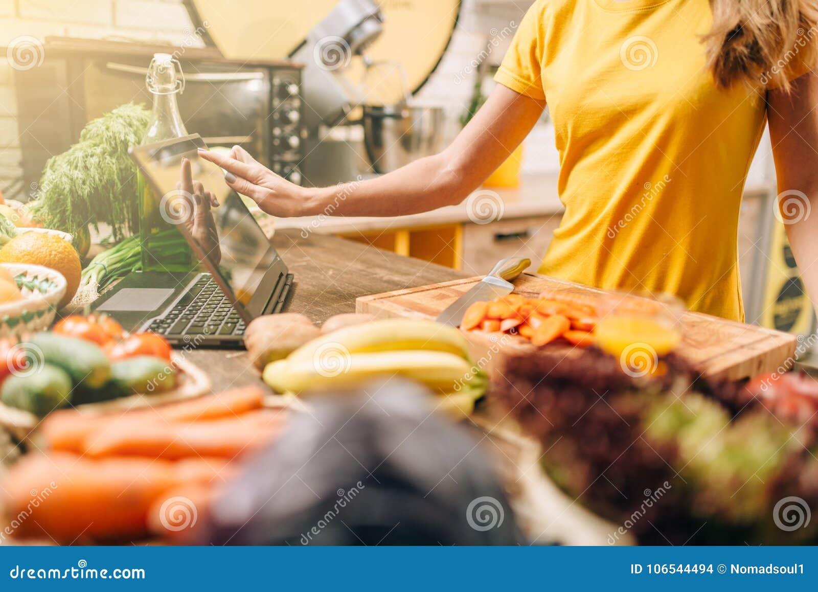 Het vrouwelijke persoon koken op de keuken, gezond voedsel