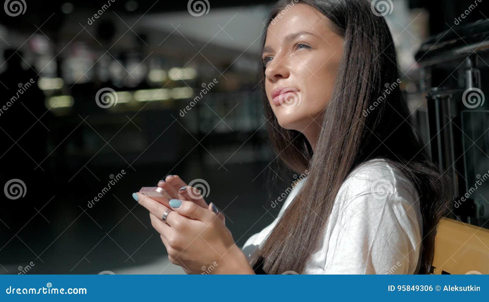 Het vrouwenbrunette met telefoon die, sluit omhoog glimlachen Jonge bedrijfsvrouwen professionele gelukkig Mooi multi-etnisch bru