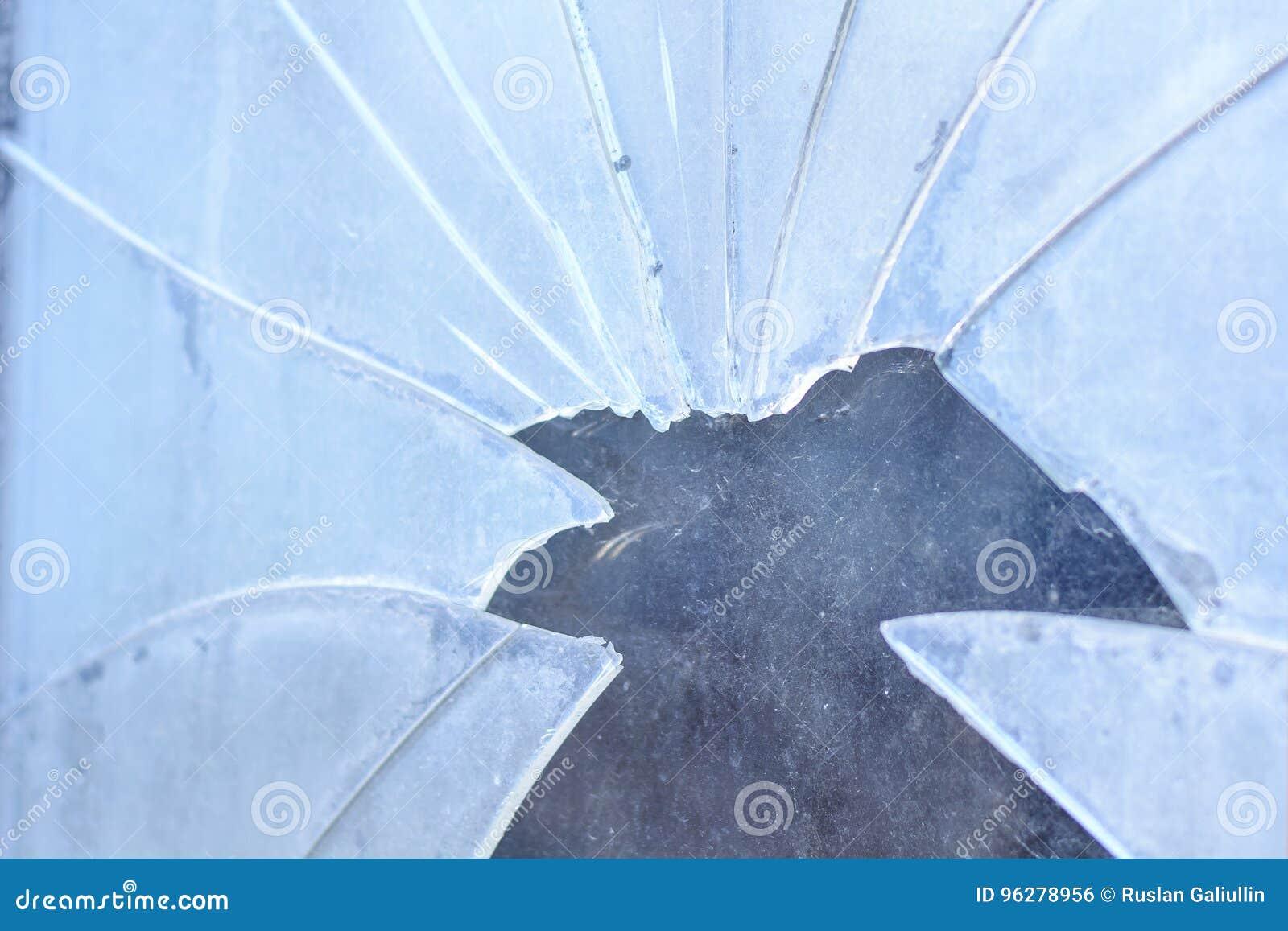 Het vuile en gebroken glas, ontspruit in openlucht Het concept armoede, honger, diefstal