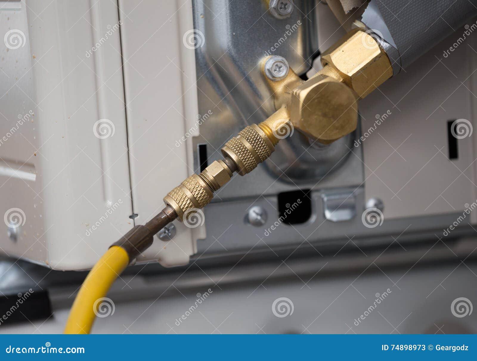 Het vullen van koelmiddel aan airconditionerklep