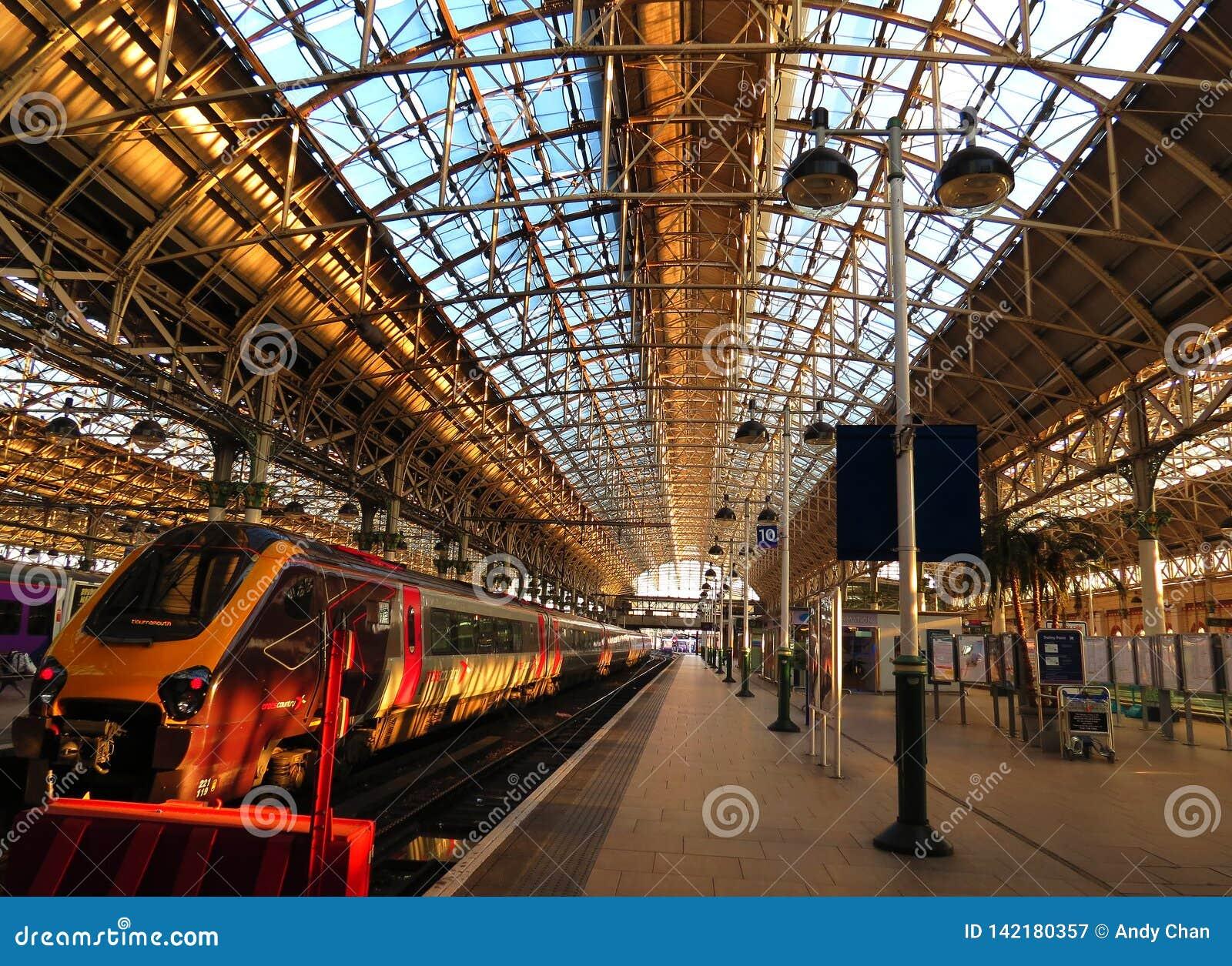 Het wachten om een snelle Maagdelijke trein tussen Londen en Manchester bij Waterloo post in te schepen
