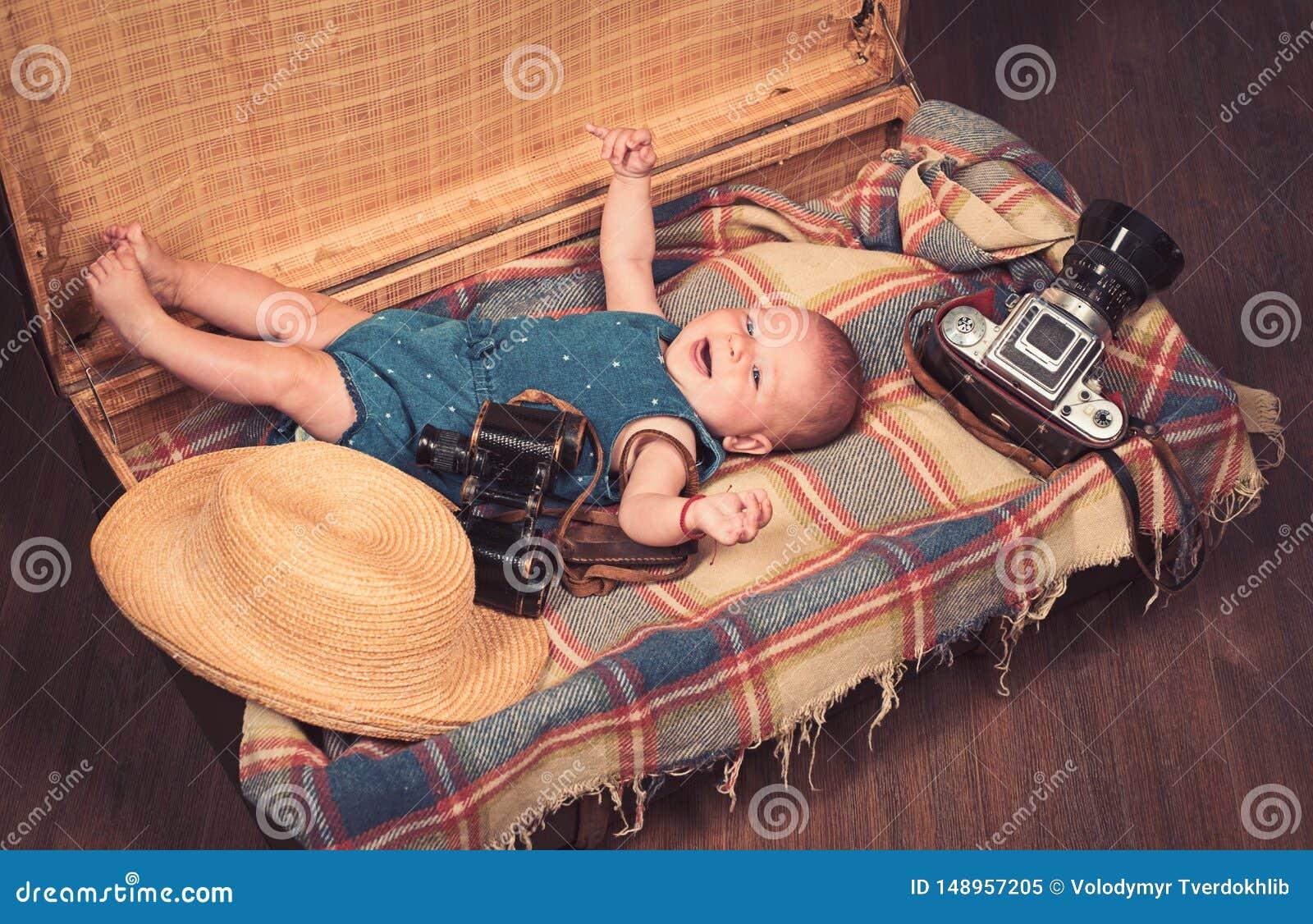 Het wachten op een baby Snoepje weinig baby Het nieuwe leven en geboorte Klein meisje in koffer Het reizen en avontuur Familie