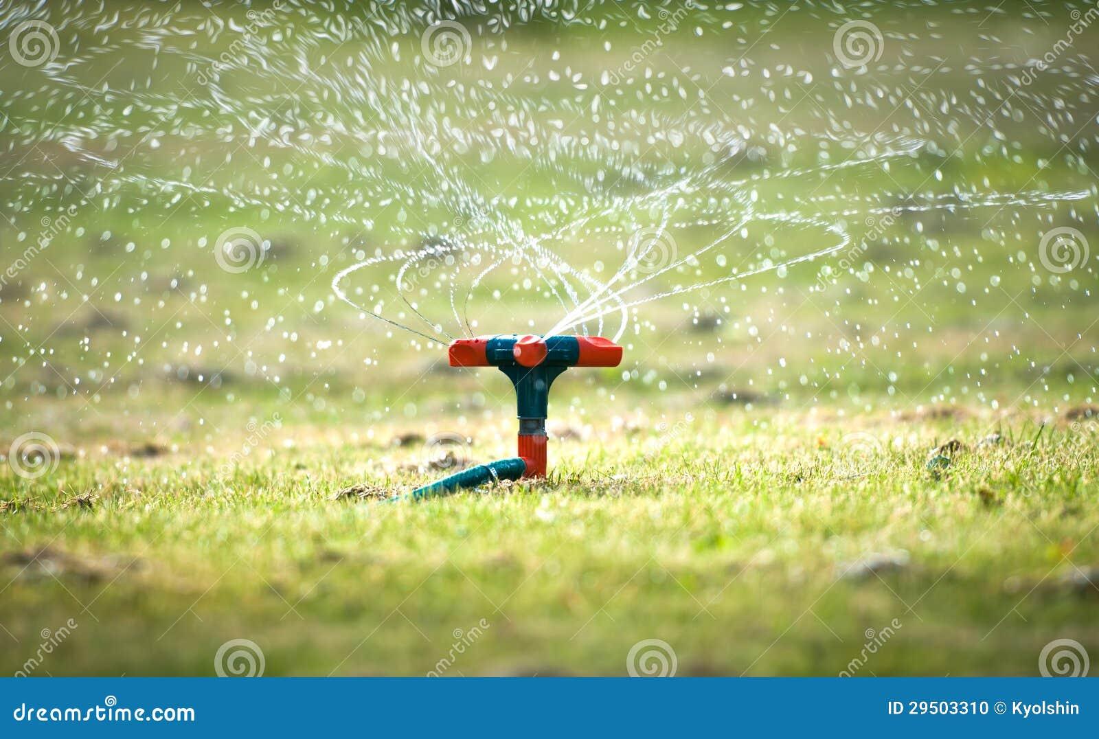 Het water geven van de tuin systeem met spiraalvormige nevels.