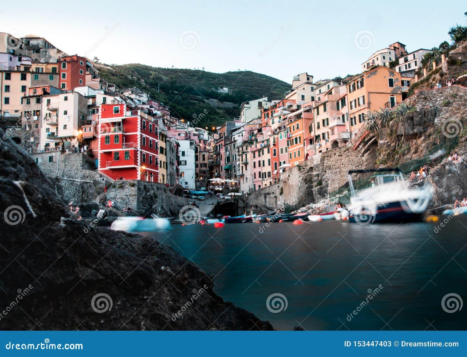 Het water lange blootstelling van de Riomaggiore cinque terre lage hoek