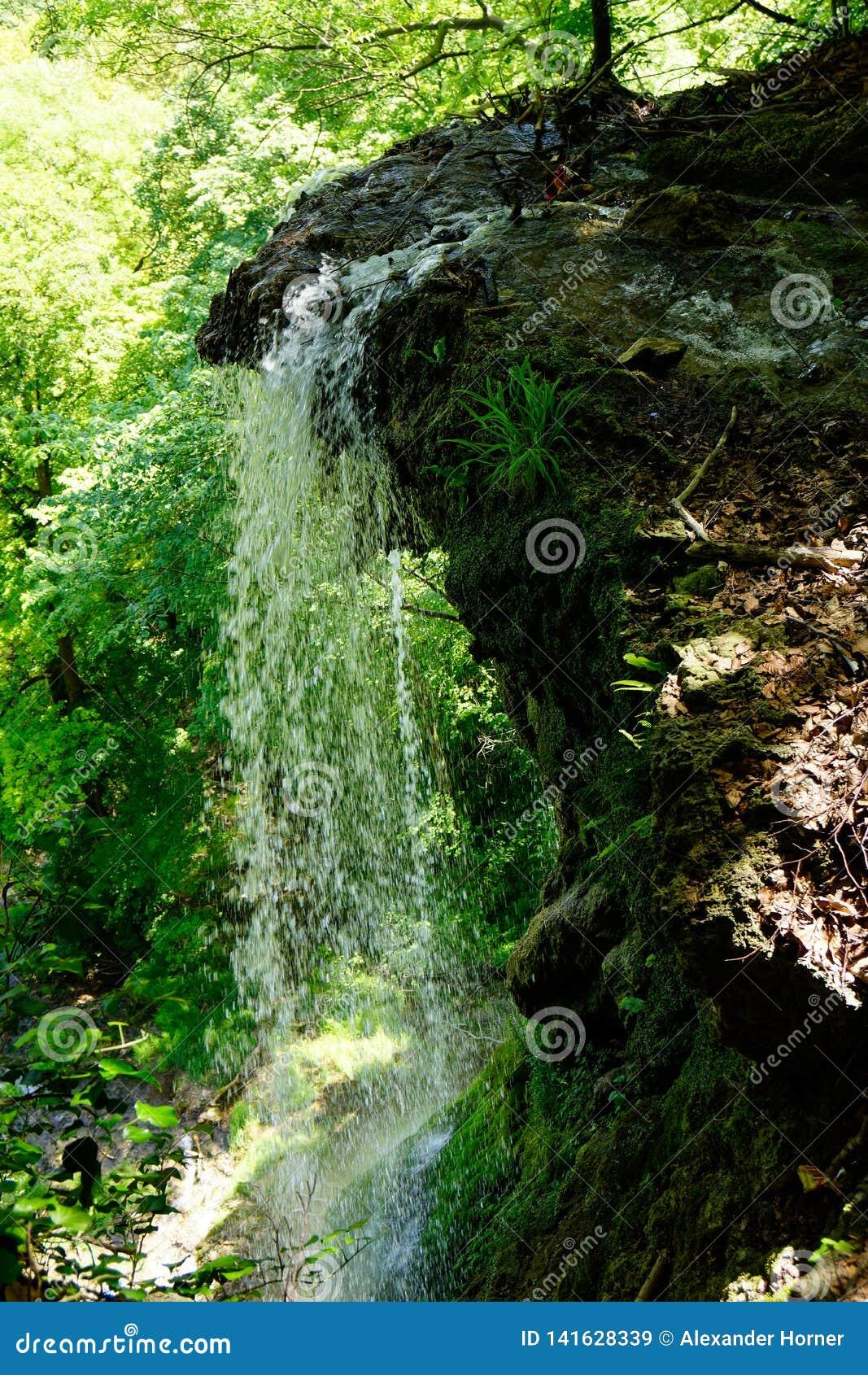 Het water valt de grote daling onderaan de klip