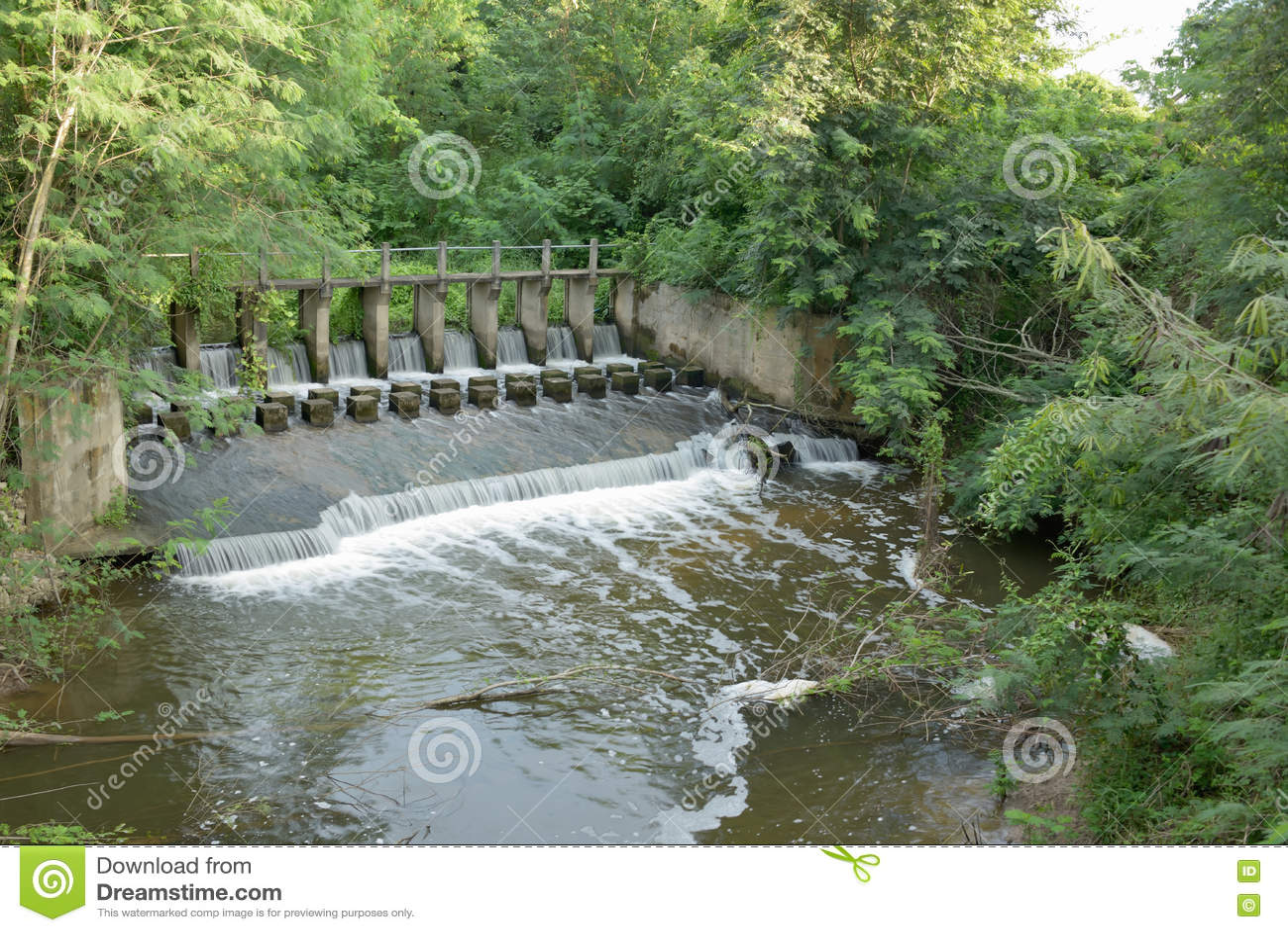 Het water van de waterkeringsoverstroming