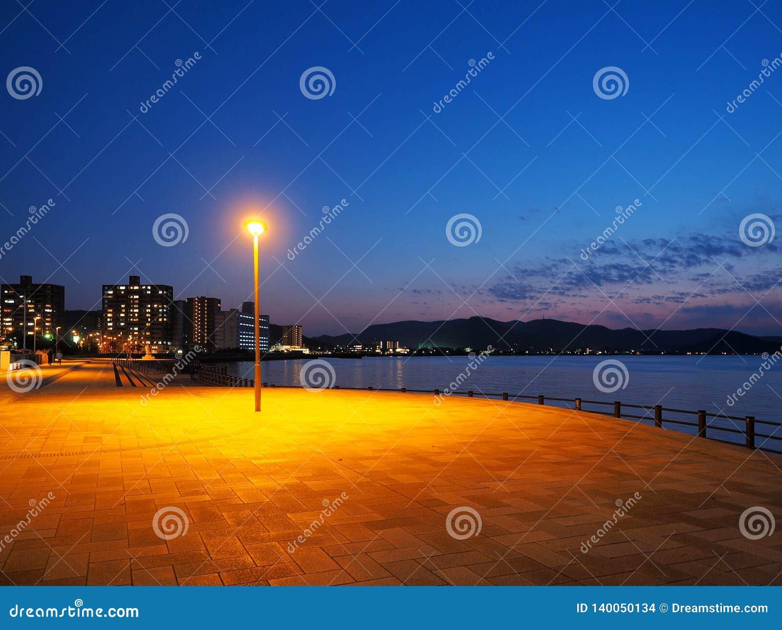 Het watervoorzijde van Takamatsu bij het vallen van de avond