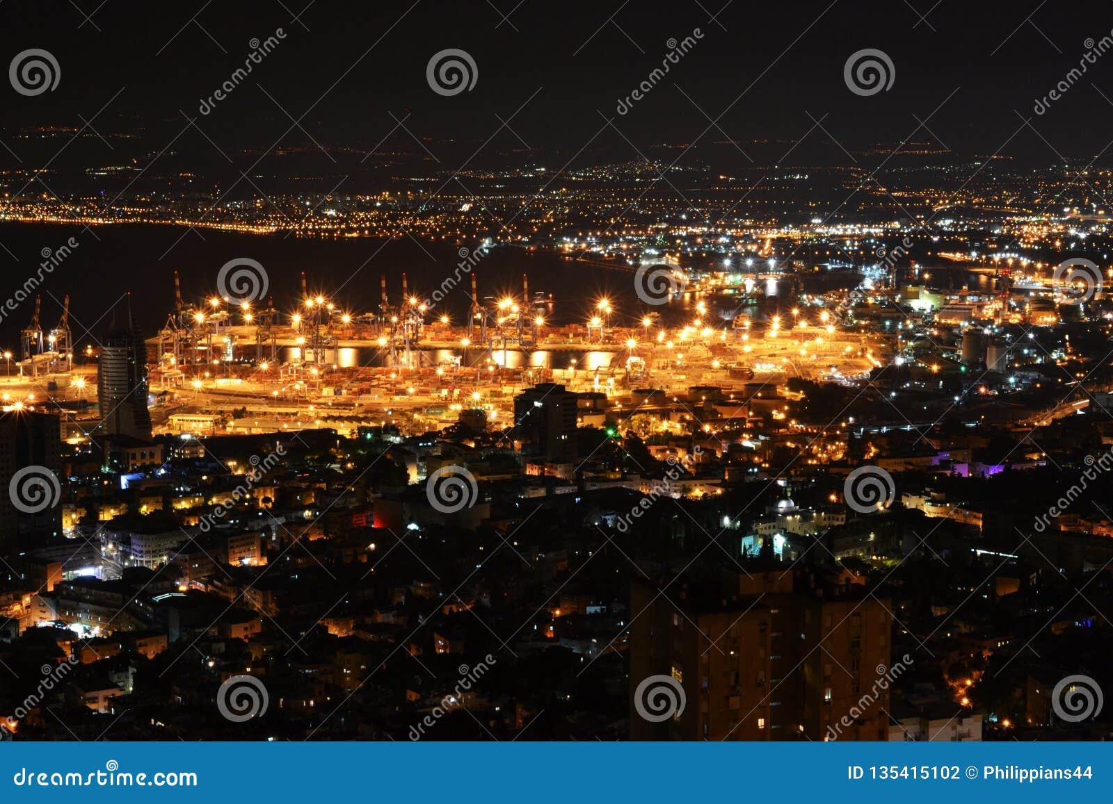 Het Weergeven van Haifa en de Haven Van de binnenstad van Bahai tuiniert op MT Carmel bij nacht, Israël