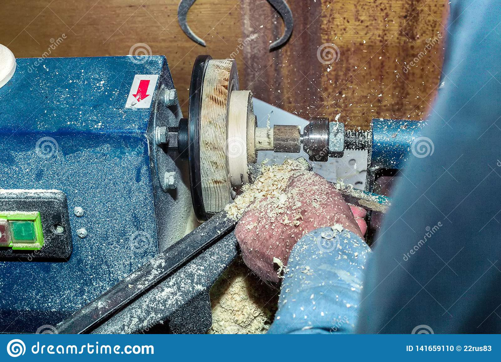 Het werk aangaande een draaibank op een boom Close-up van mannelijke handen tijdens de verwerking van houten spaties