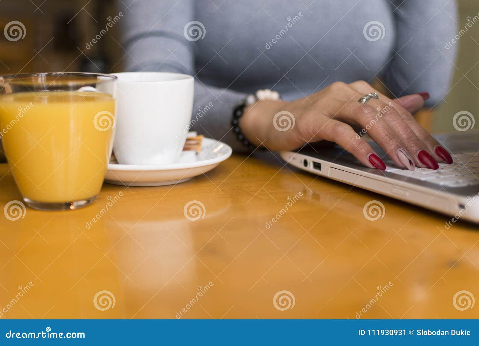 Het werk en koffie tegelijkertijd