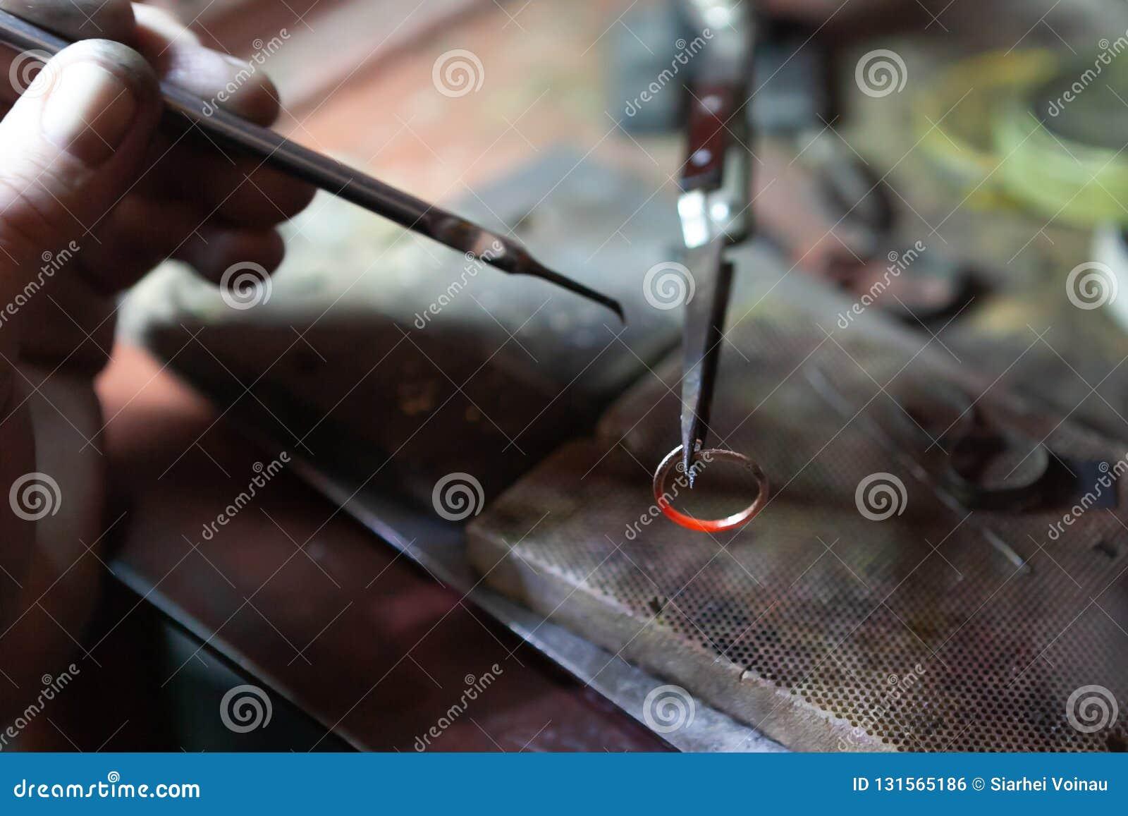 Het werk van de meester, juwelier Juwelenreparatiewerkplaats Productie van juwelen