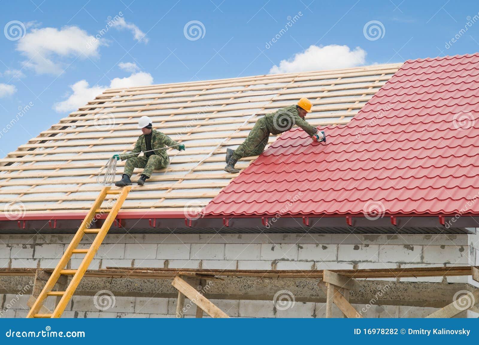 Het werk van het dakwerk met metaaltegel