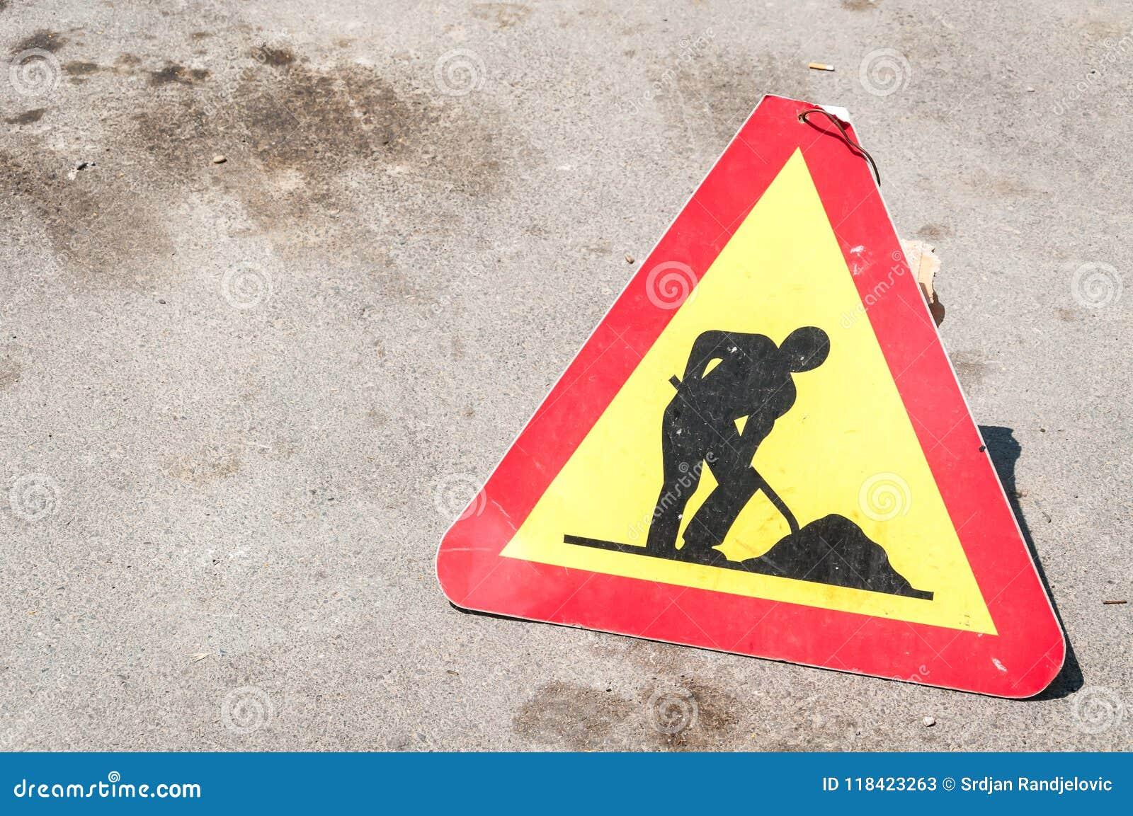 Het werk waarschuwen vooruit of de verkeersteken van het waarschuwingsverkeer op de straat